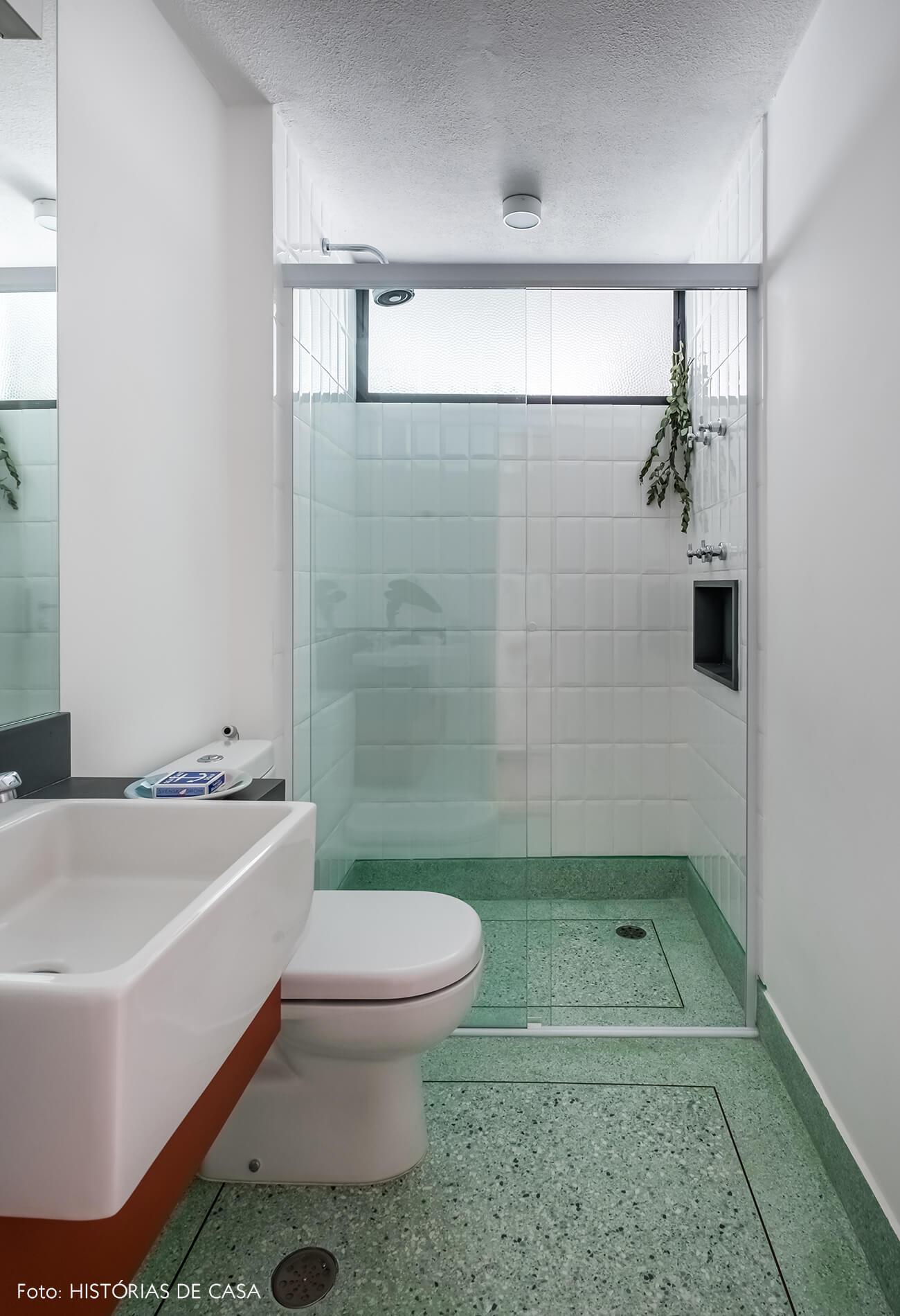 Banheiro com piso de granilite verde claro