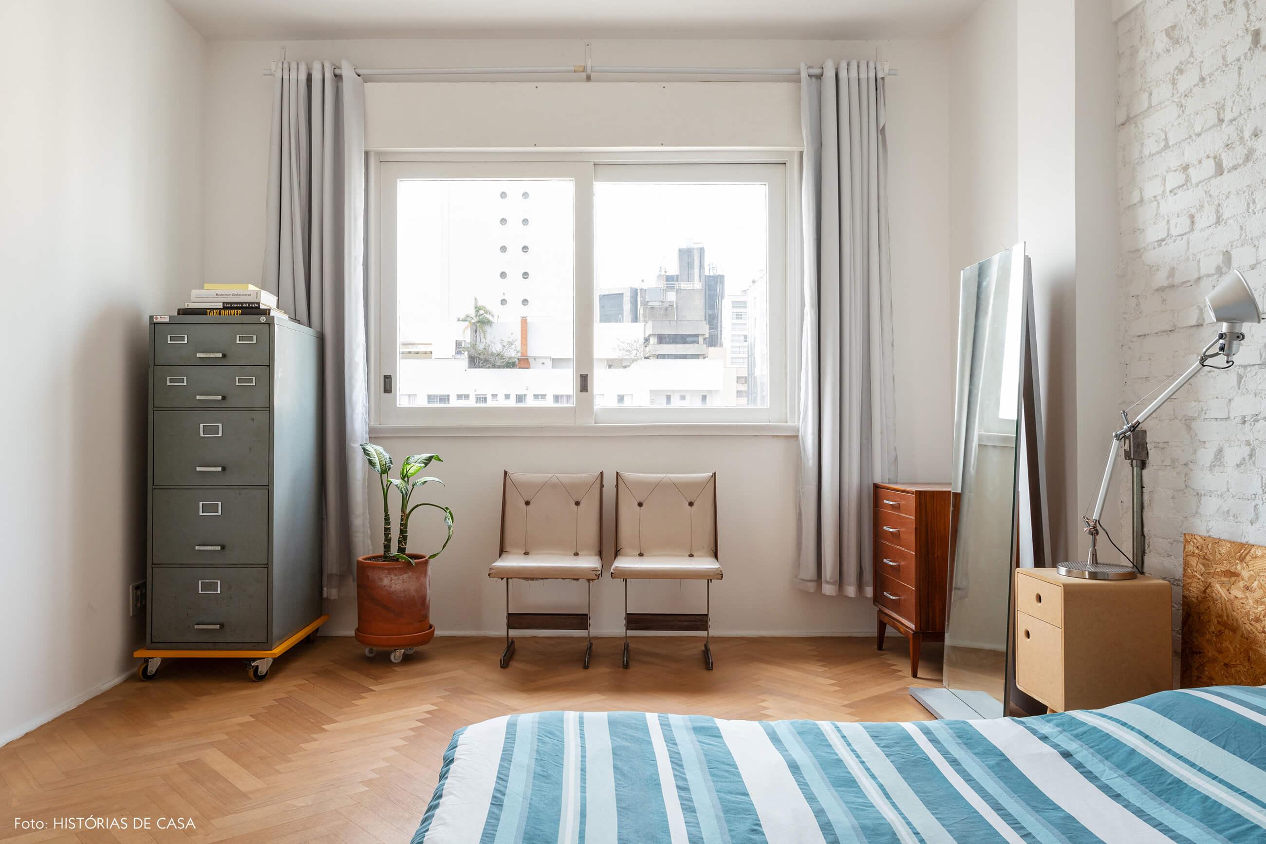 Quarto minimalista com cama baixa e parede de tijolinho branco