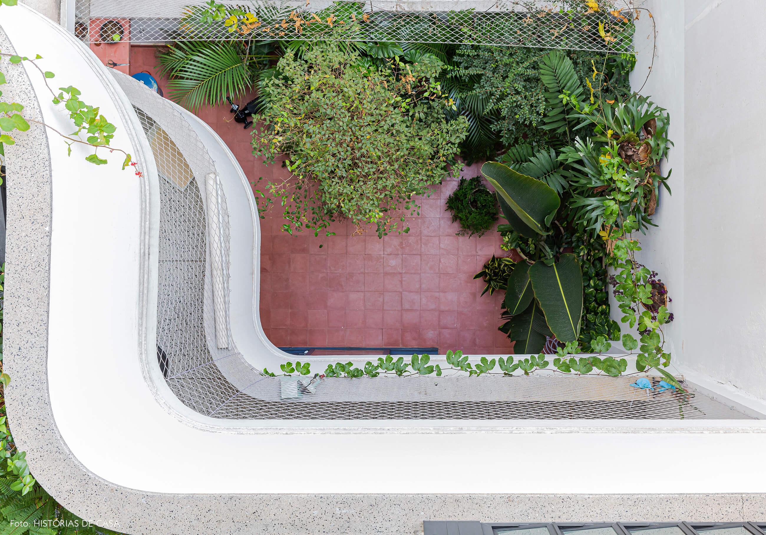 Apartamento térreo com jardim e plantas, piso de ladrilhos hidráulicos