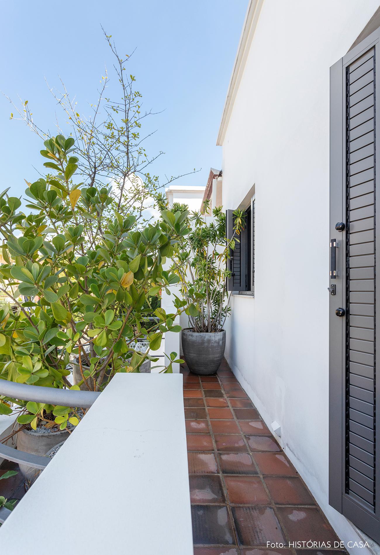 Quarto com varanda e plantas