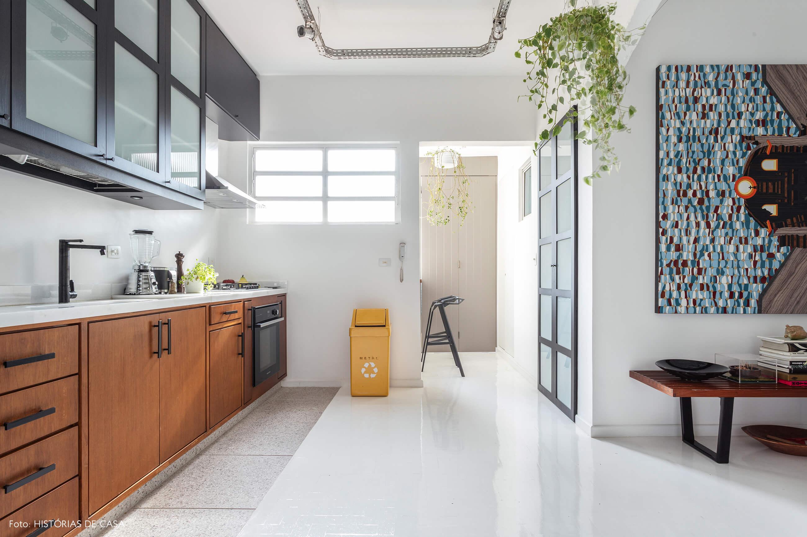 Apartamento escandinavo, cozinha com piso pintado de branco e armários pretos