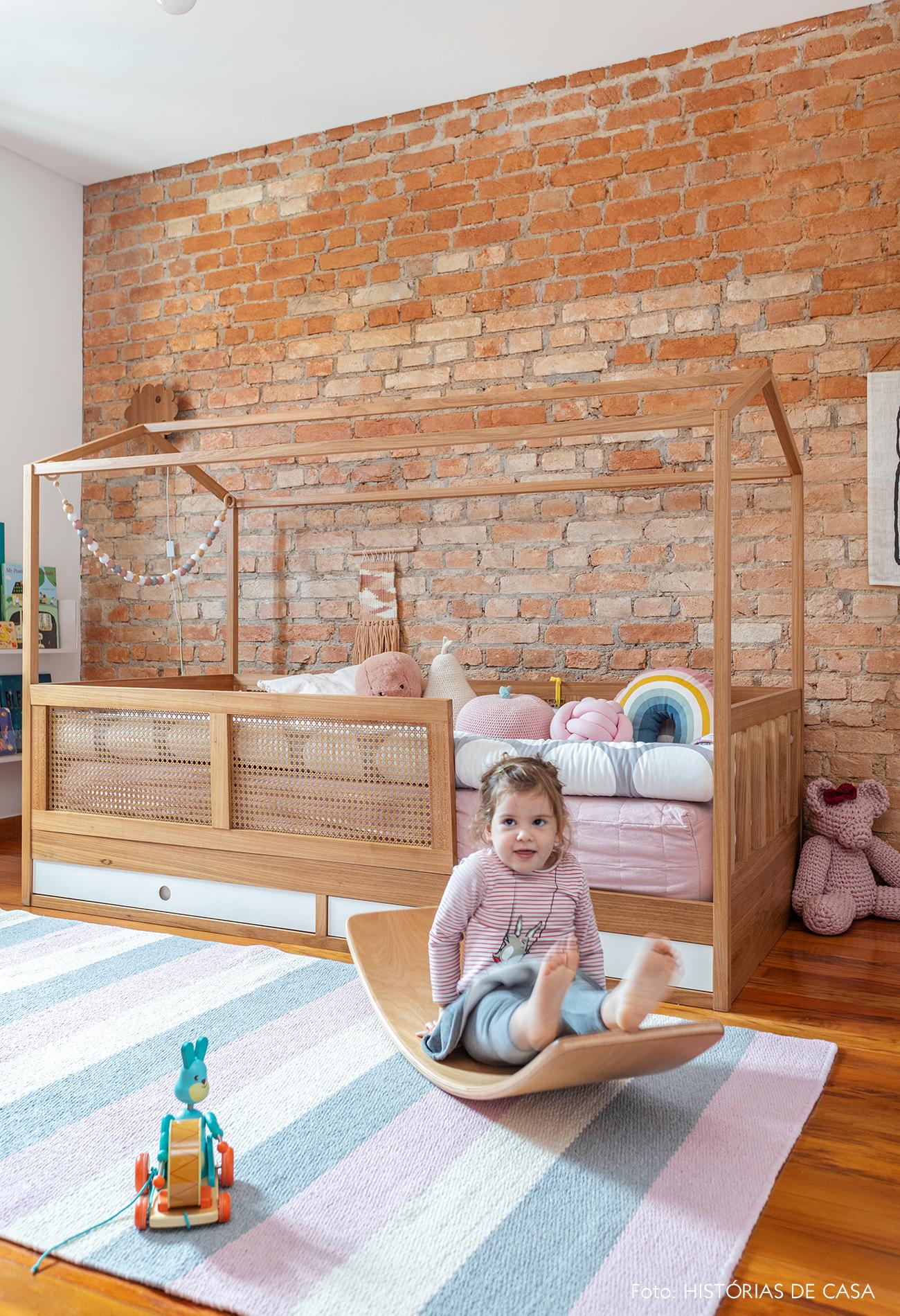 Quarto de criança com parede de tijolinho e cama de casinha