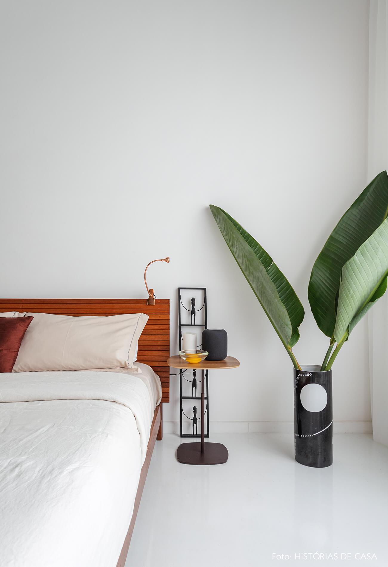 Apartamento escandinavo, quarto com móveis de madeira e piso pintado de branco