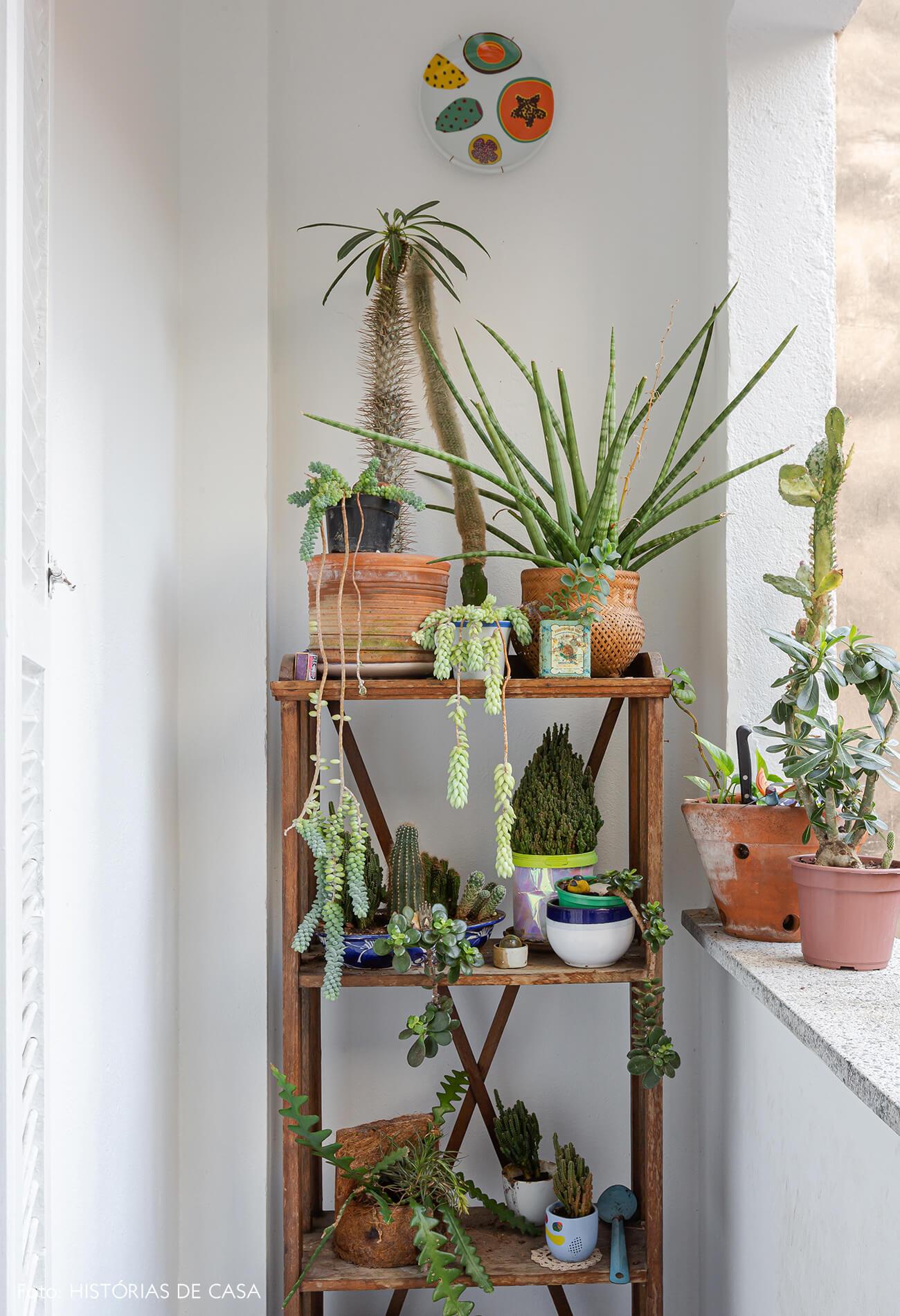 Apartamento com varanda, estante de plantas