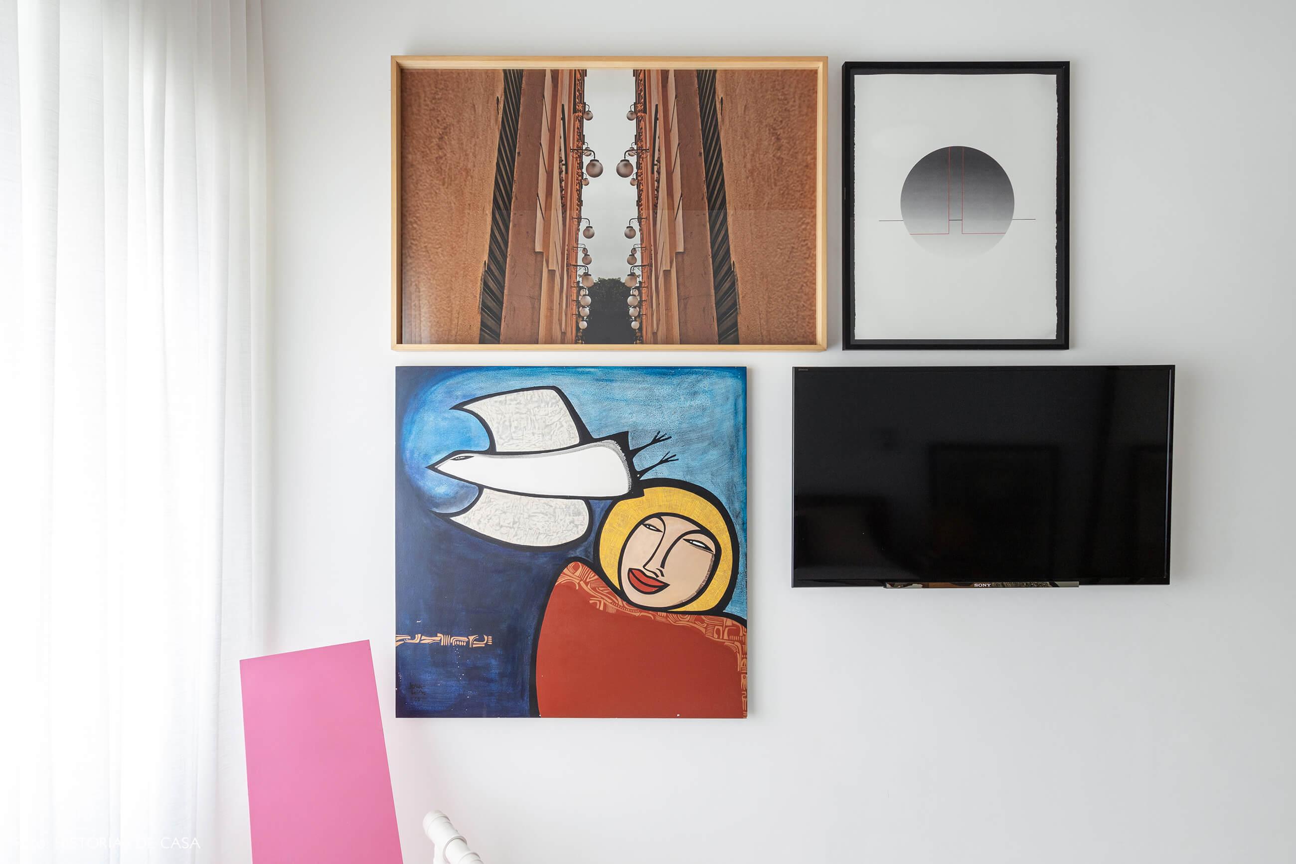 Apartamento escandinavo, quarto com parede de quadros