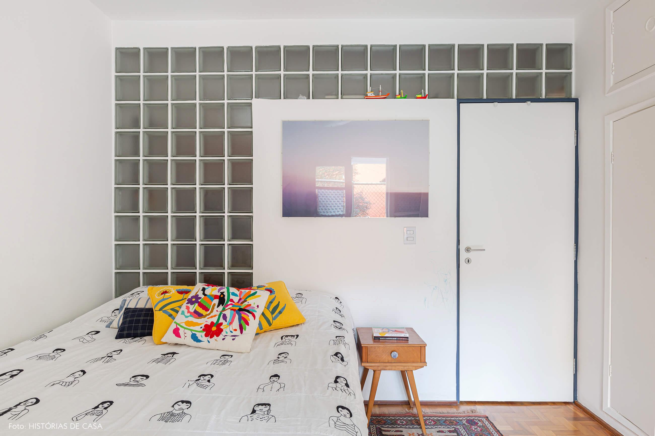 Quarto branco, parede de tijolos de vidro