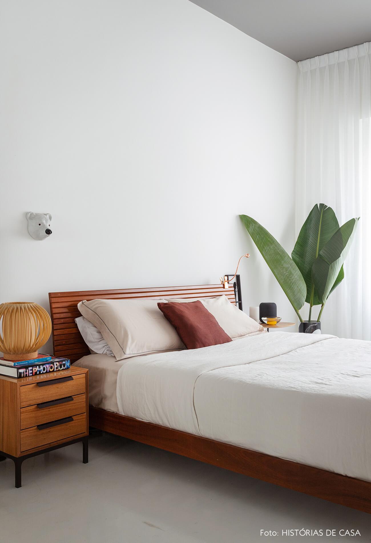 Apartamento escandinavo, quarto com móveis de madeira e teto pintado de cinza
