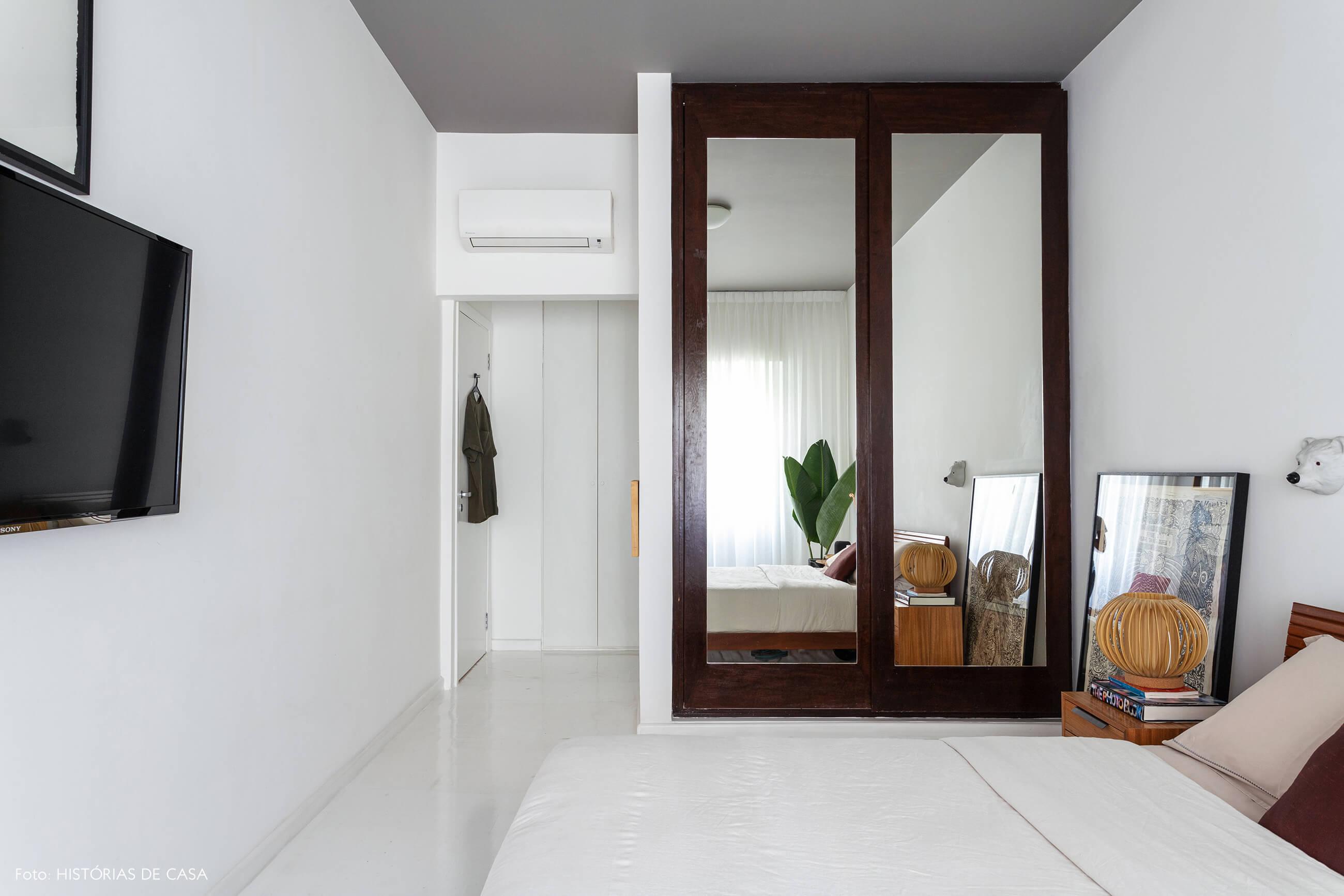 Apartamento escandinavo, quarto com armário espelhado