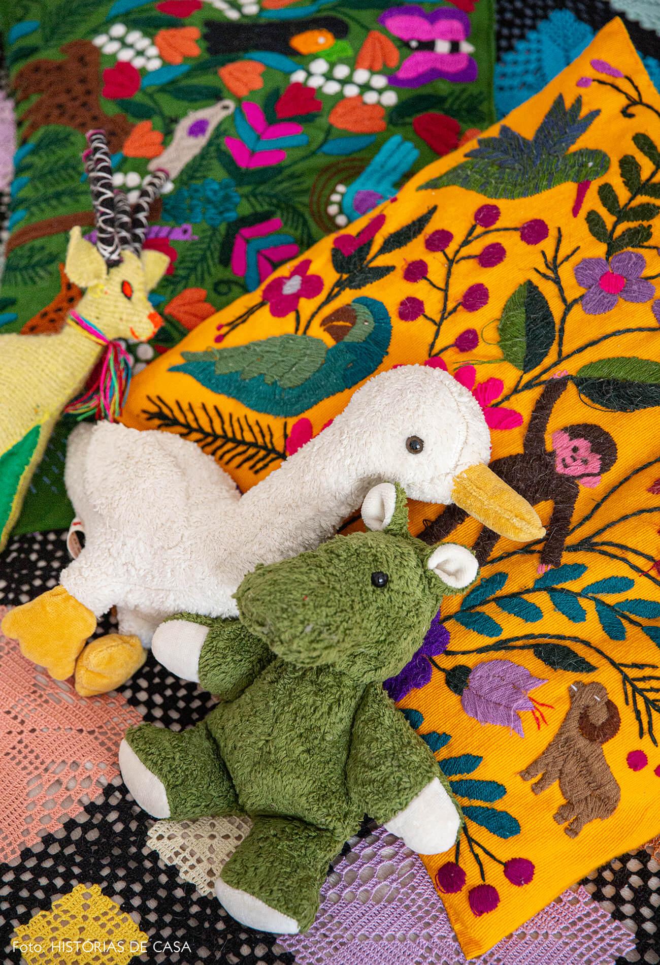 Quarto de criança com cama de casinha e colcha de crochê