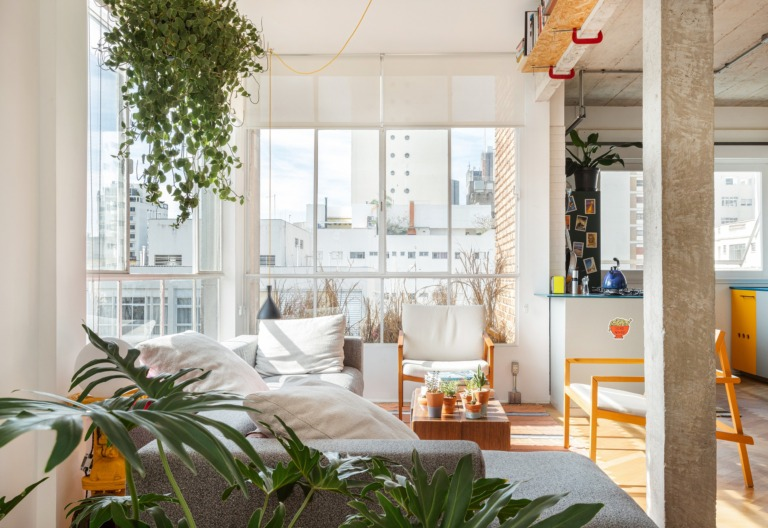 Apartamento minimalista com janelas de serralheria branca