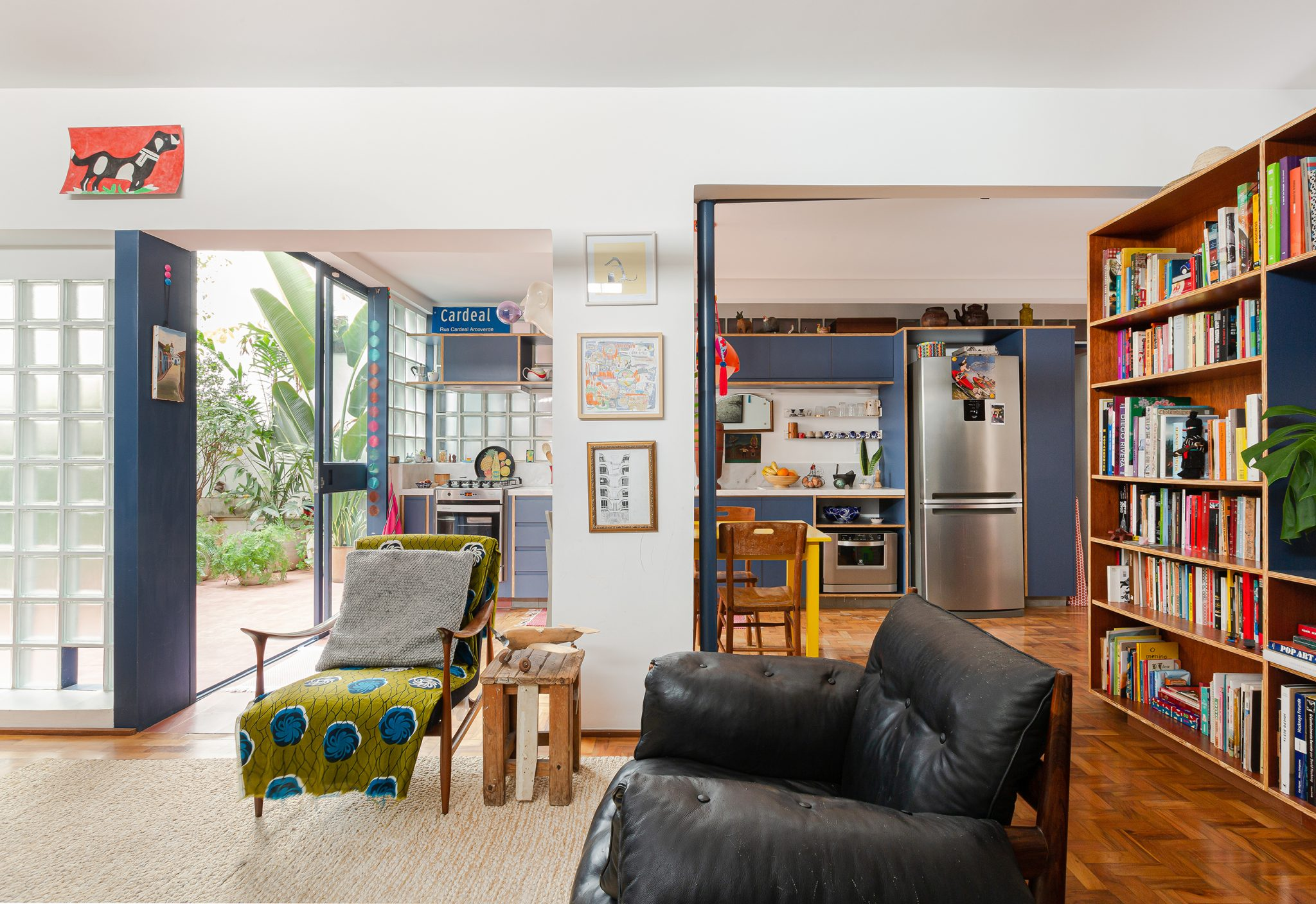 Apartamento reformado, cozinha colorida integrada
