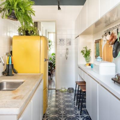 Cozinha com geladeira amarela