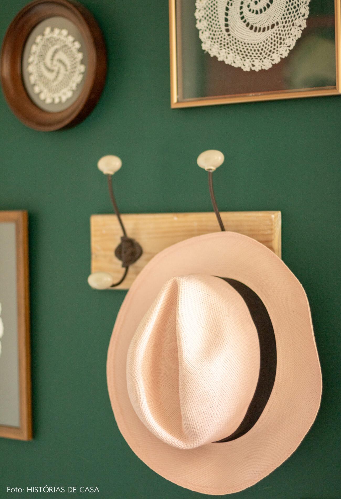 Sala parede verde detalhes