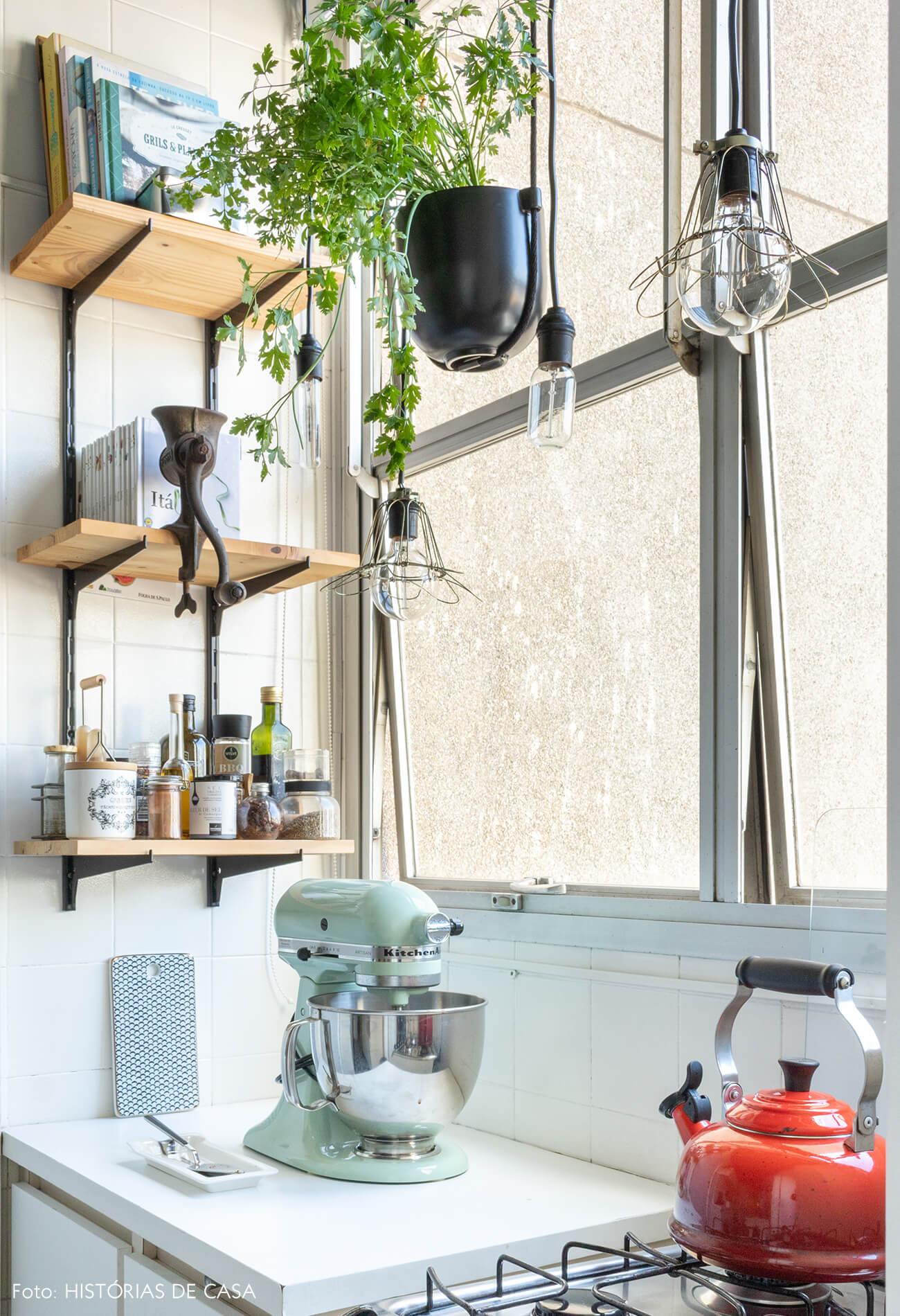 cozinha prateleira e chaleira