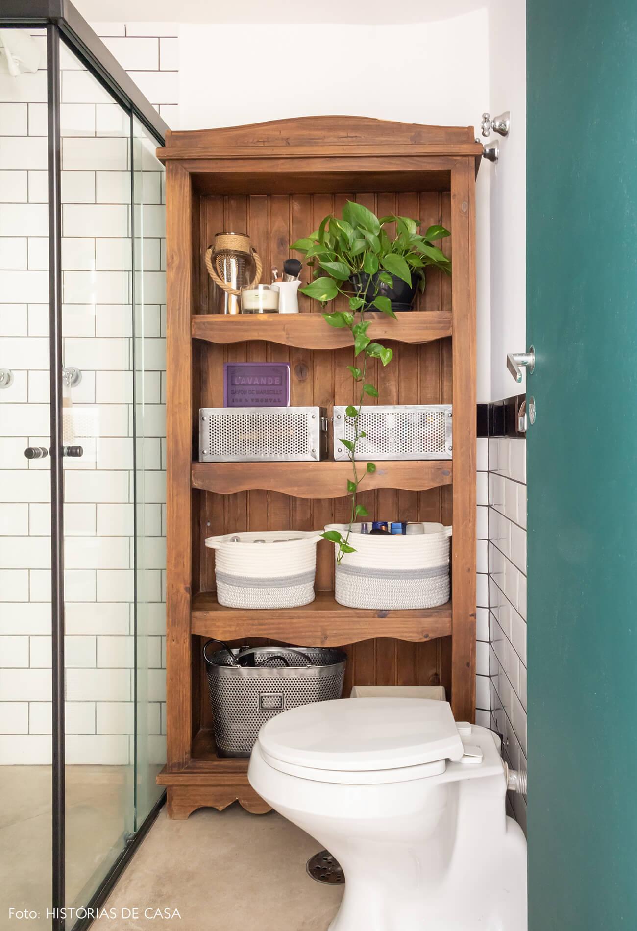 banheiro estante madeira planta