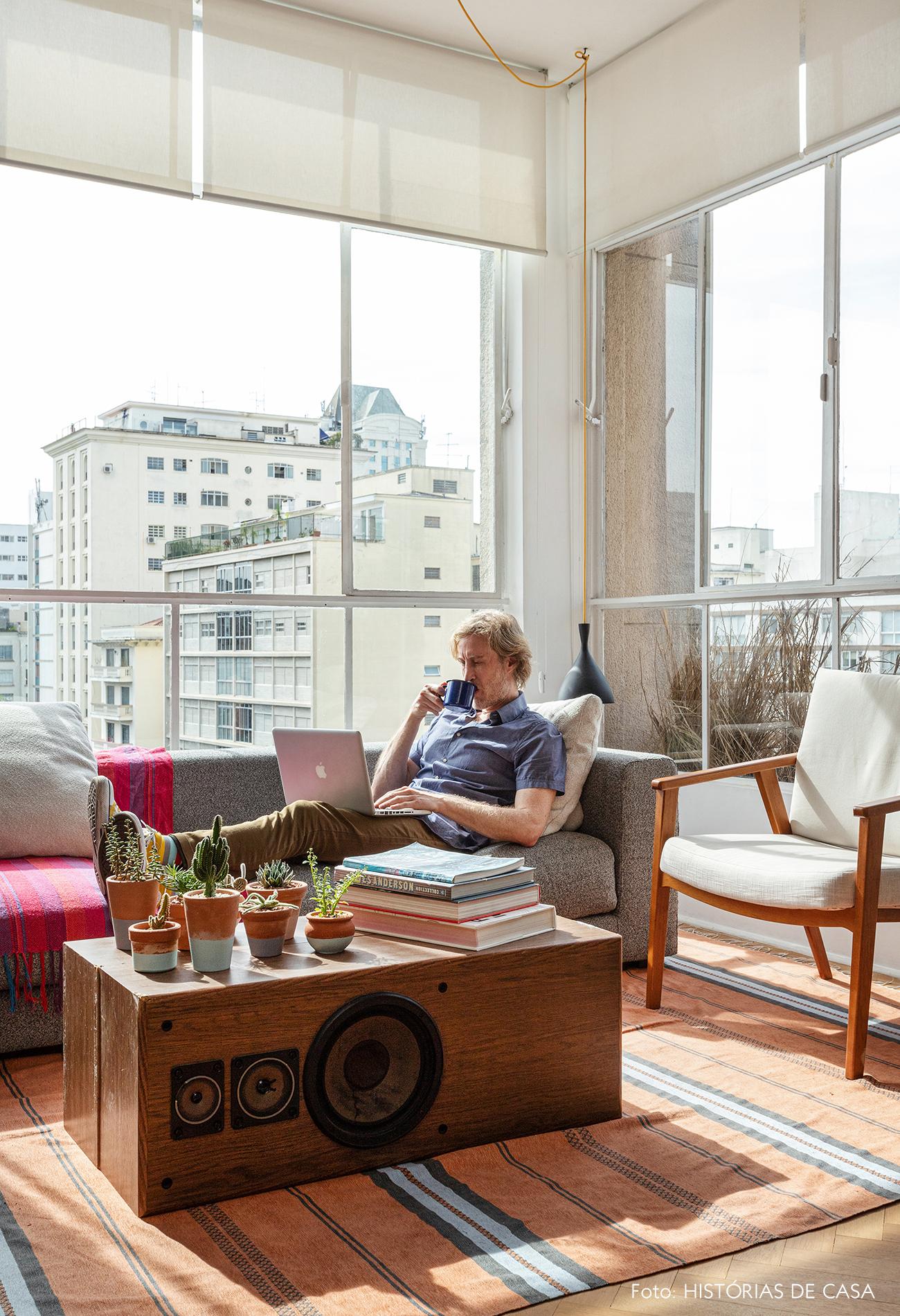 Apartamento com janelas de serralheria branca e piso de madeira