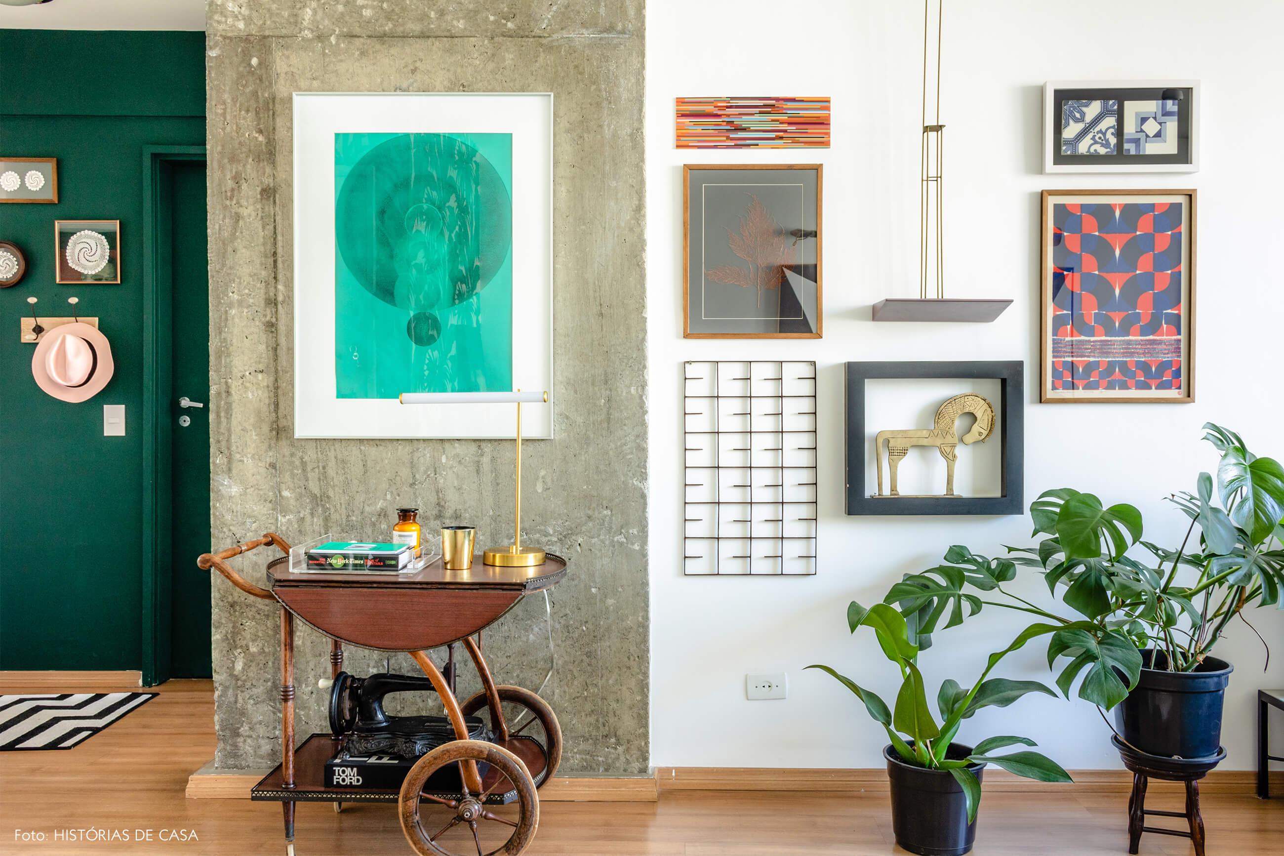 Sala com parede verde e quadros