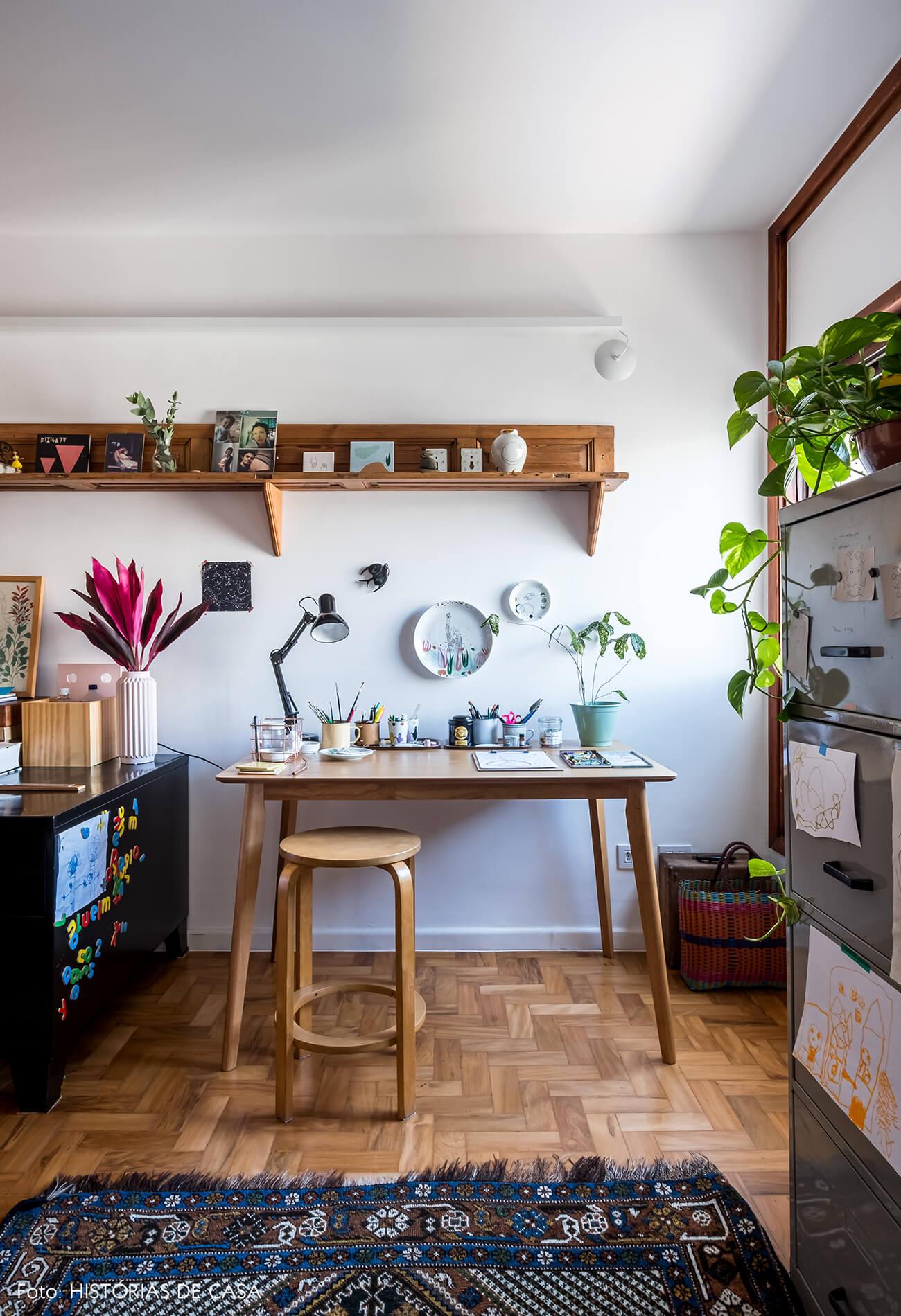 Home office integrado com a sala, móveis de madeira