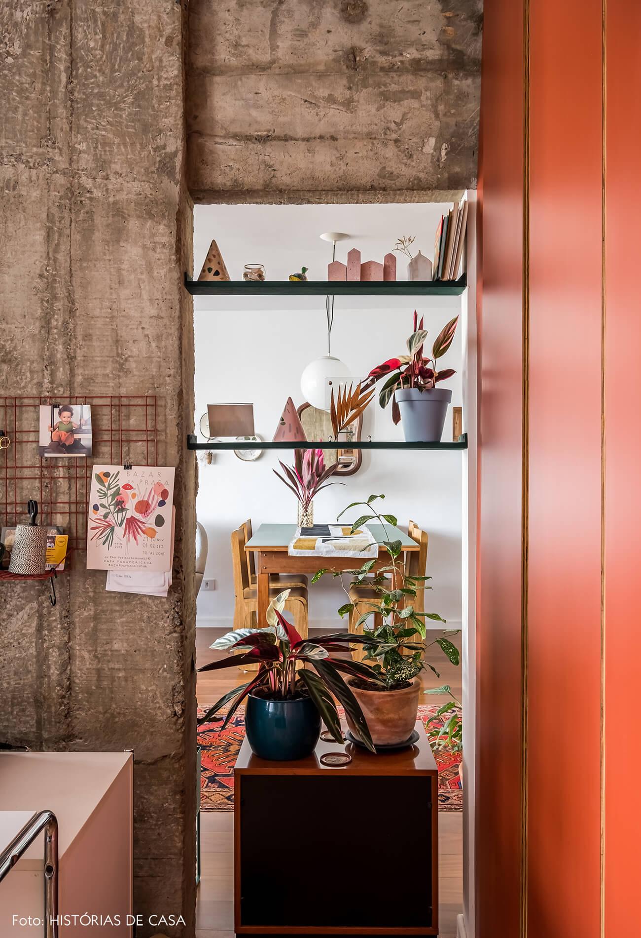 Home office integrado com a sala, coluna de concreto e prateleiras