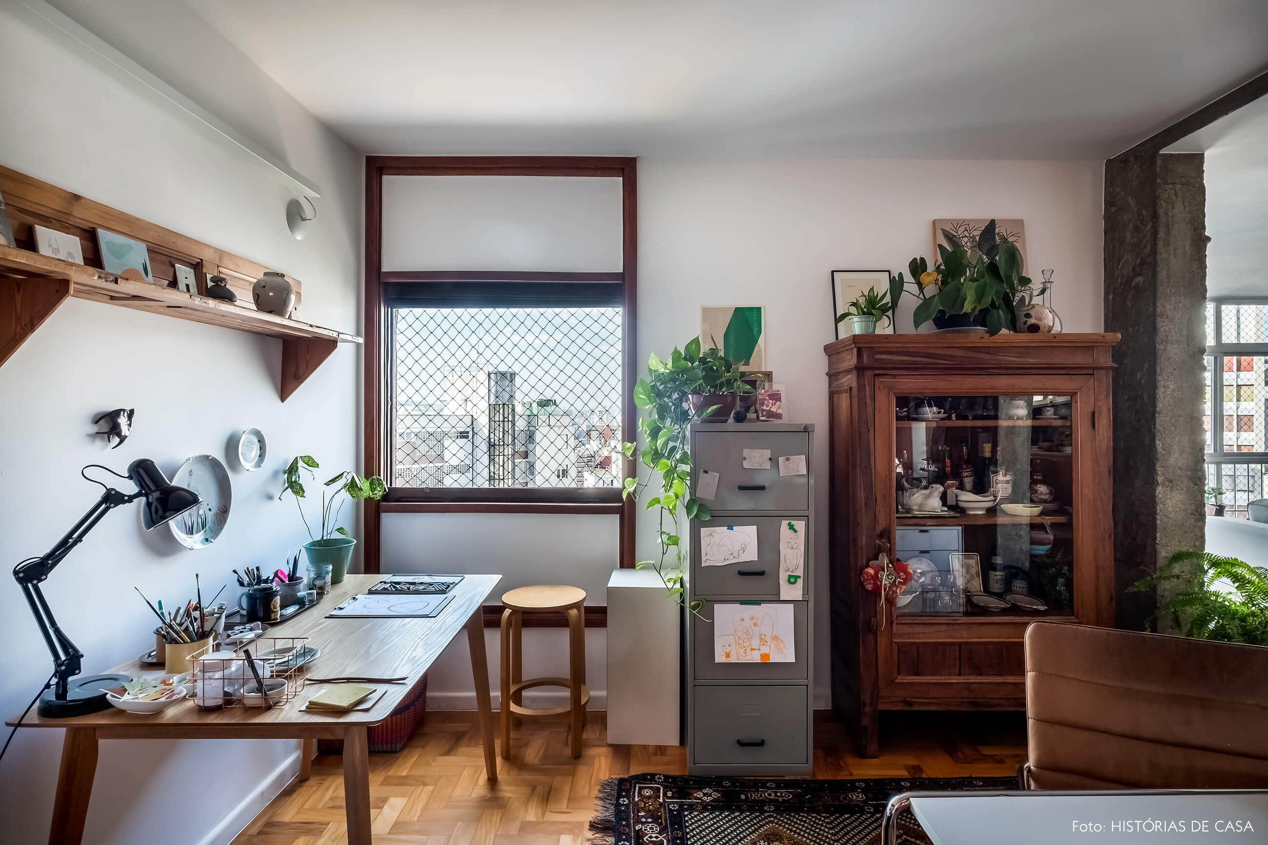 Home office integrado com a sala, móveis de madeira antigos