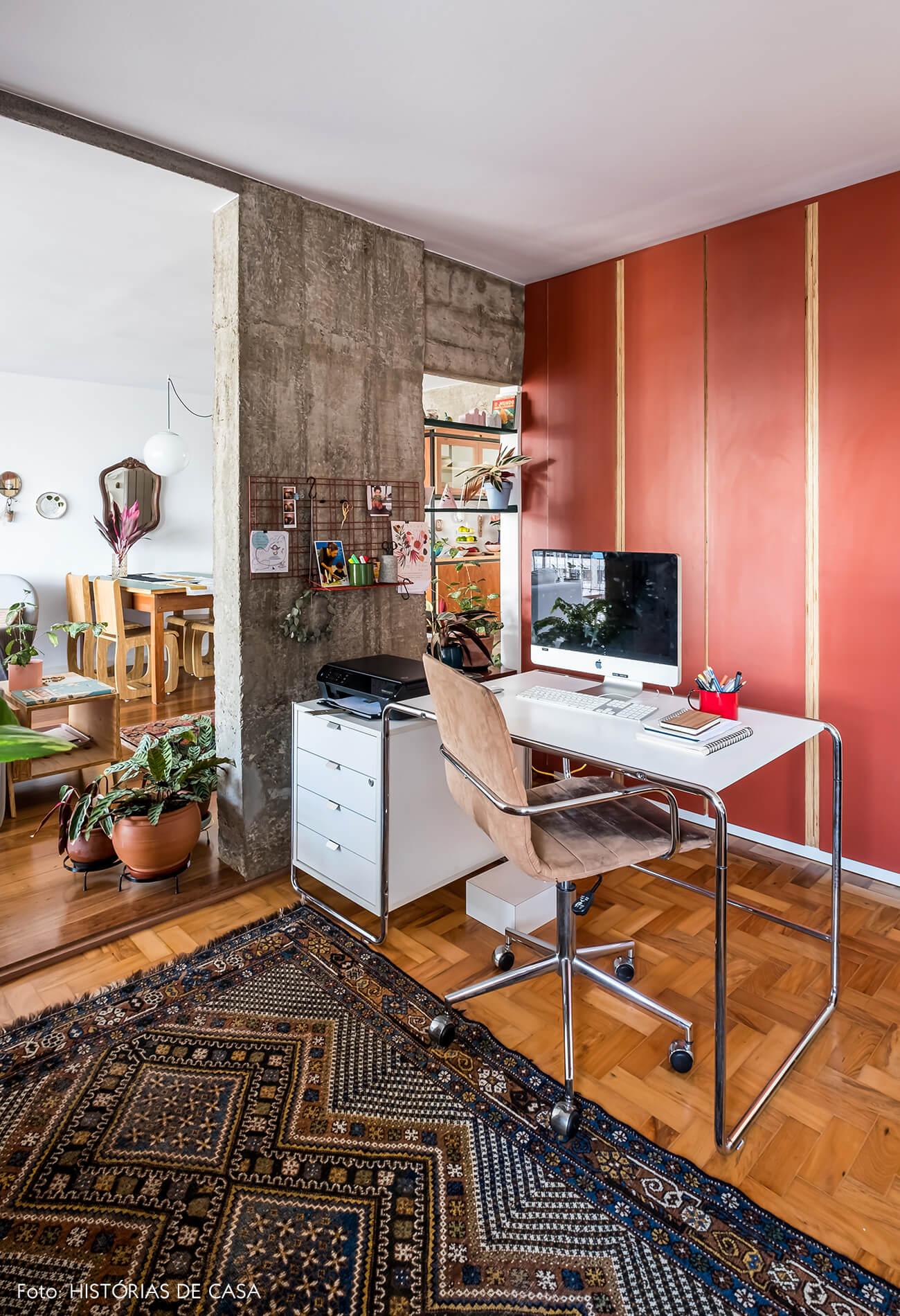 Home office integrado com a sala, móveis de Formica colorida