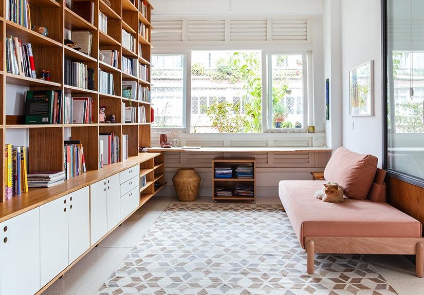 sala apto com sofa rosa
