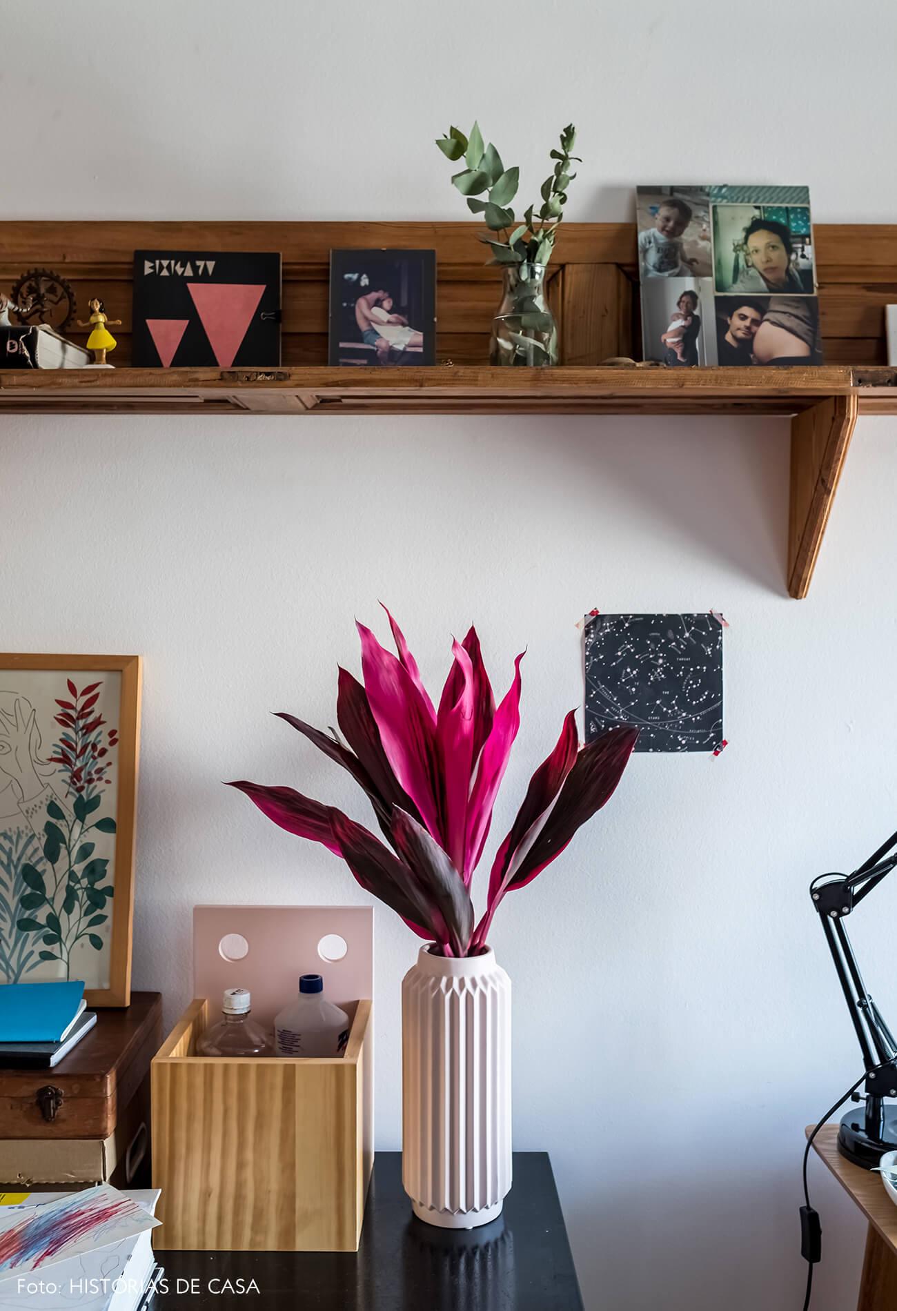 Home office com prateleira de madeira e detalhes em rosa