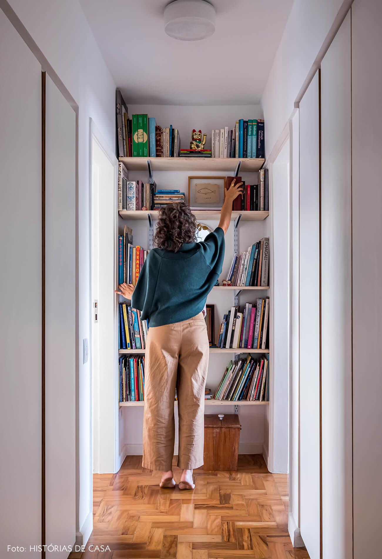 Corredor de apartamento com prateleiras estreitas e espelho