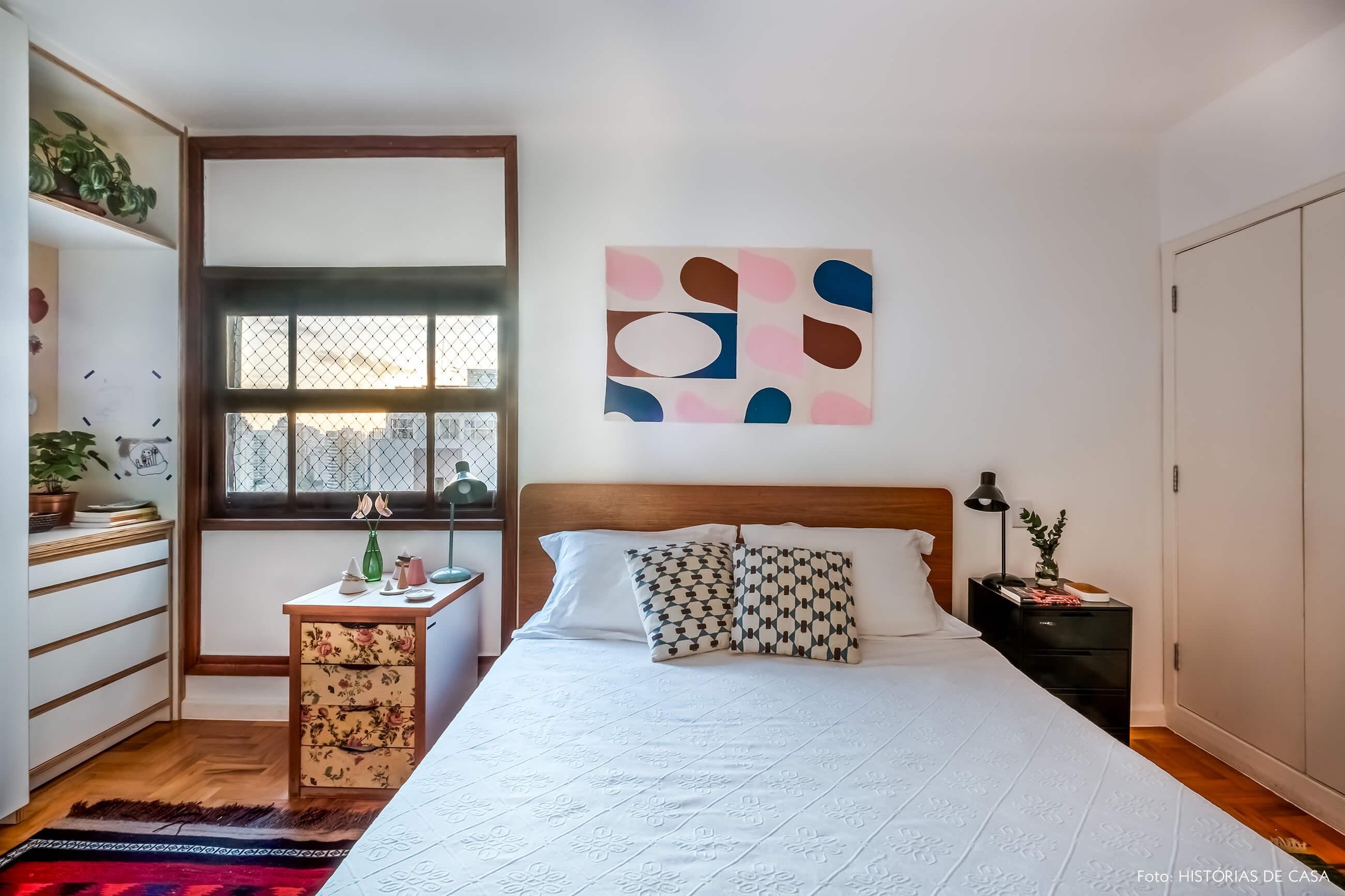 Quarto de casal com armários de marcenaria e cama de madeira