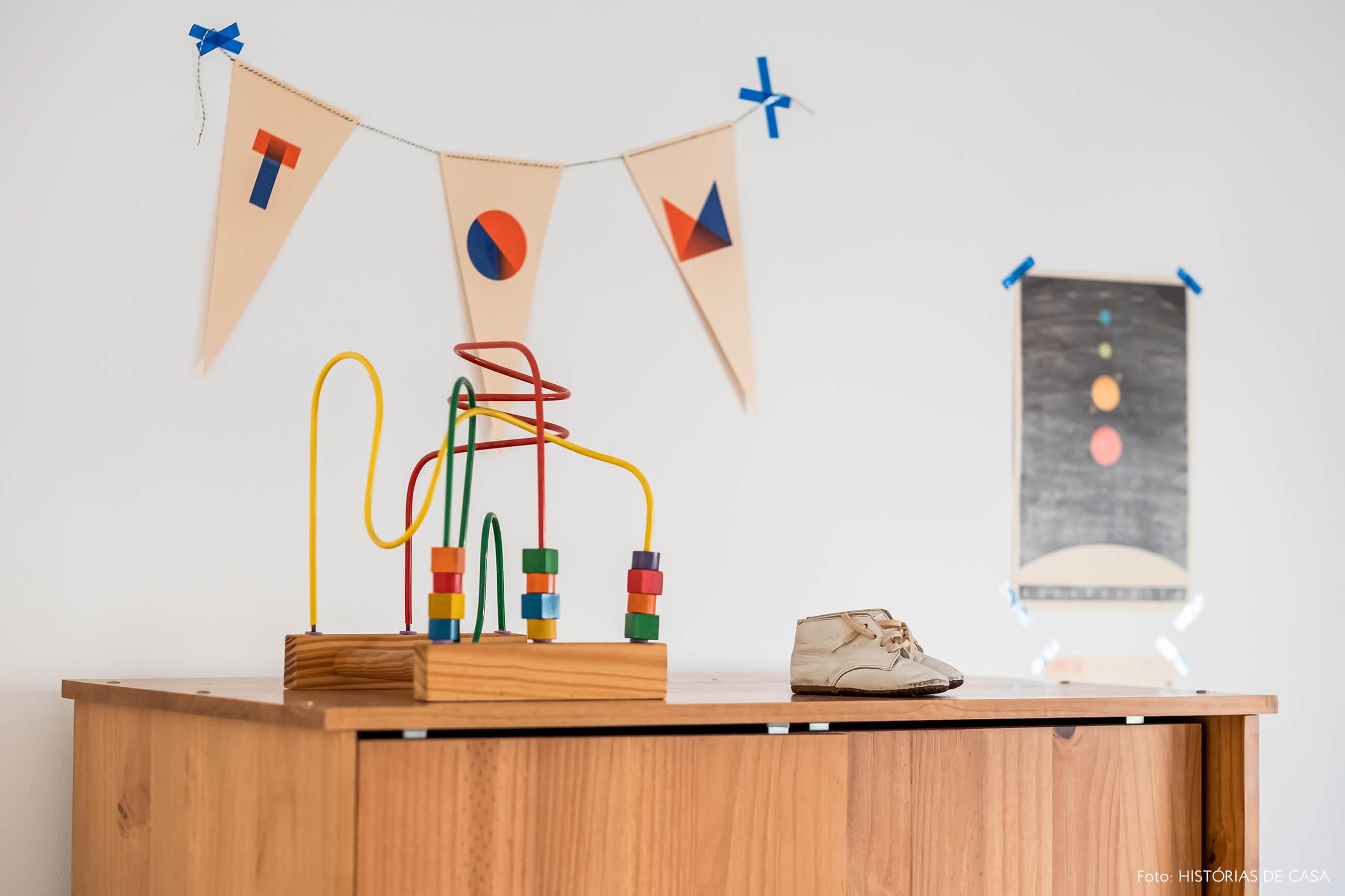 Quarto de criança com móveis de madeira e bandeirola