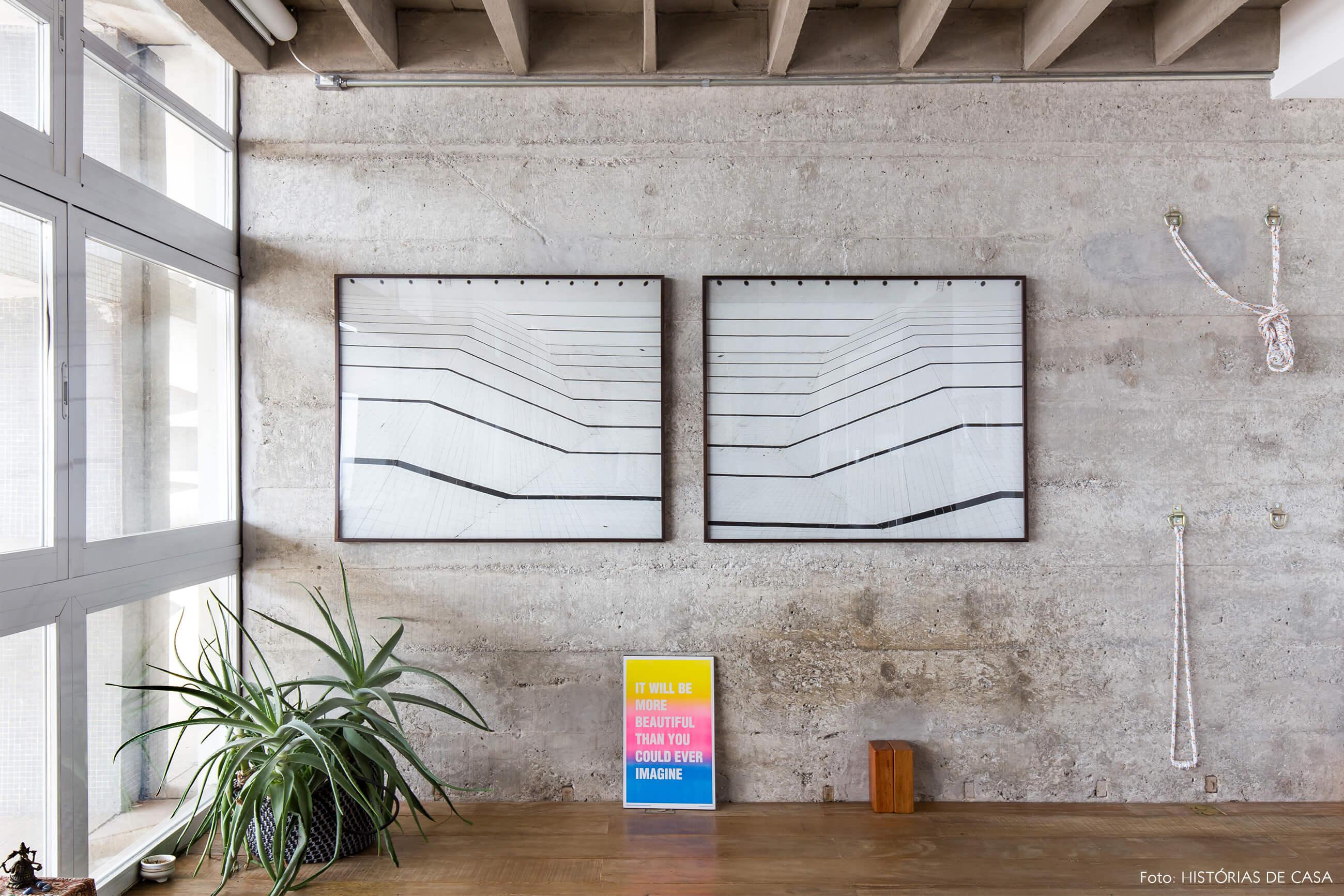 decoração copan parede de concreto quadros plantas piso de madeira sala yoga
