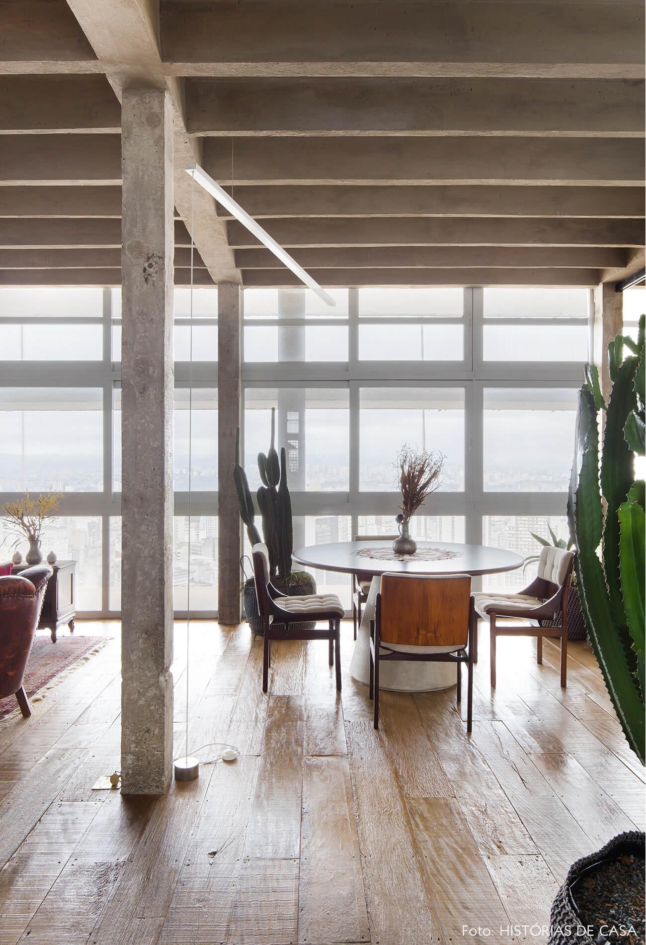 colunas concreto plantas cadeiras de madeira e piso de madeira