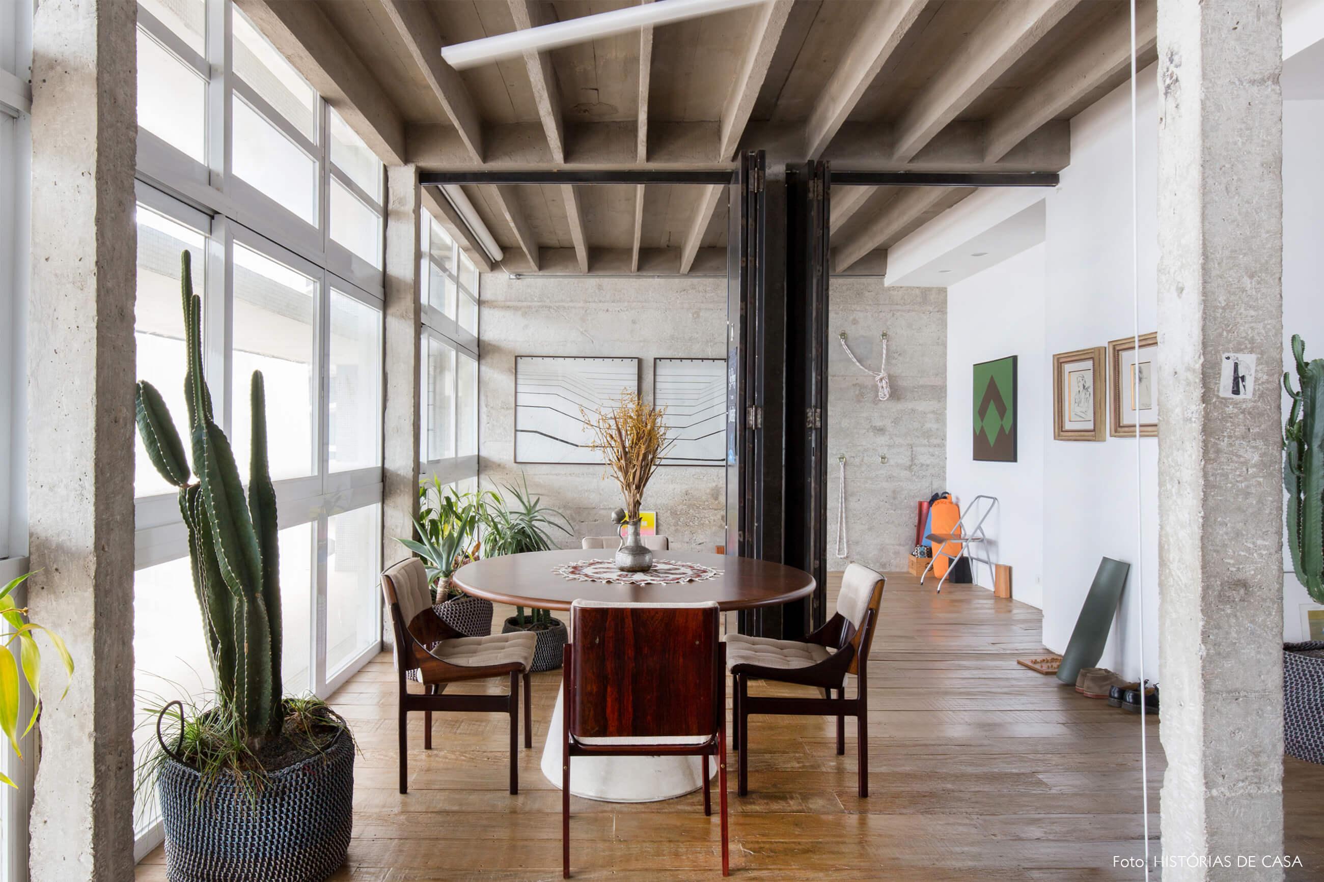 decoração copan cadeiras de madeira colunas de concreto e plantas