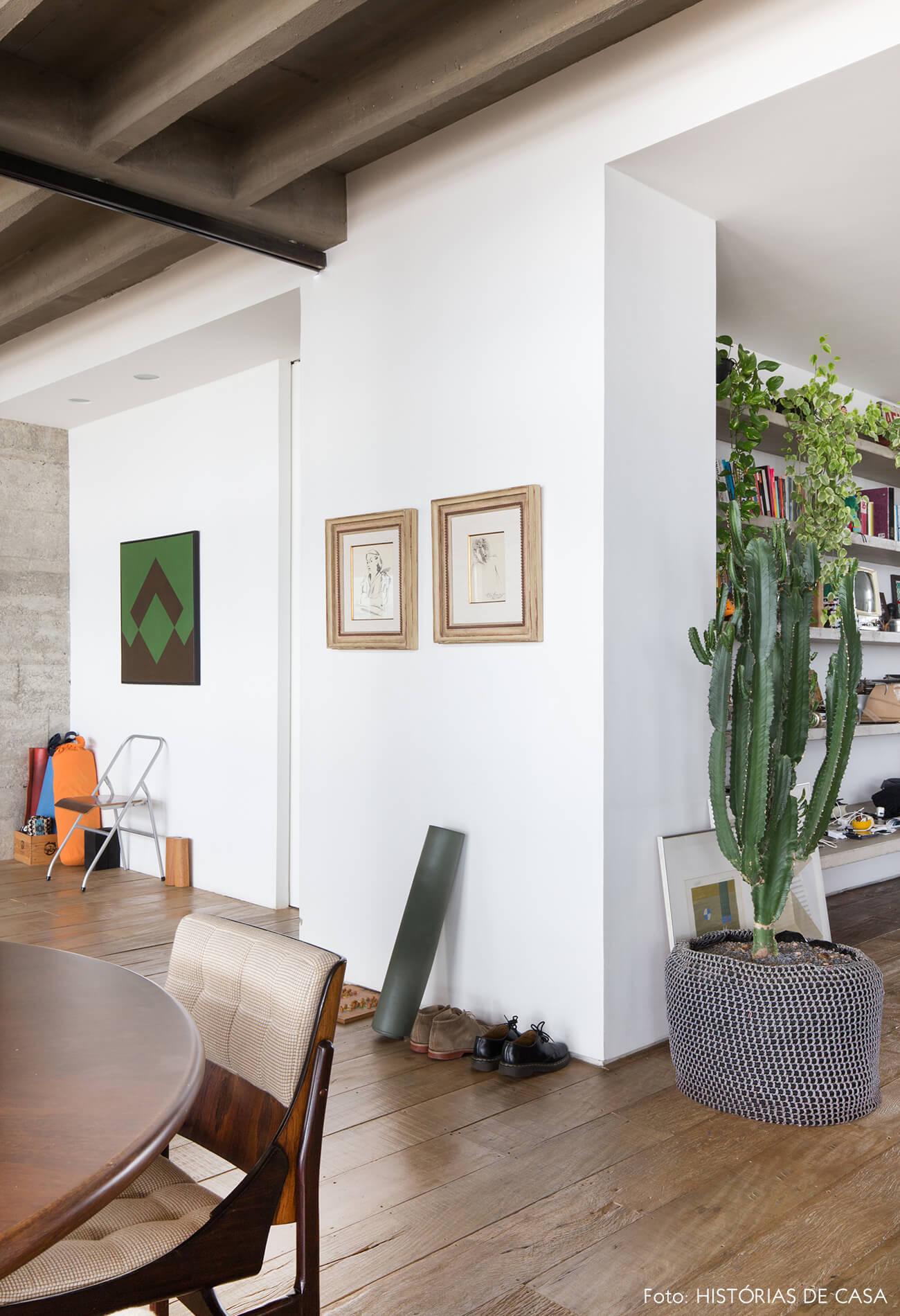 decoração piso e cadeira de madeira quadros