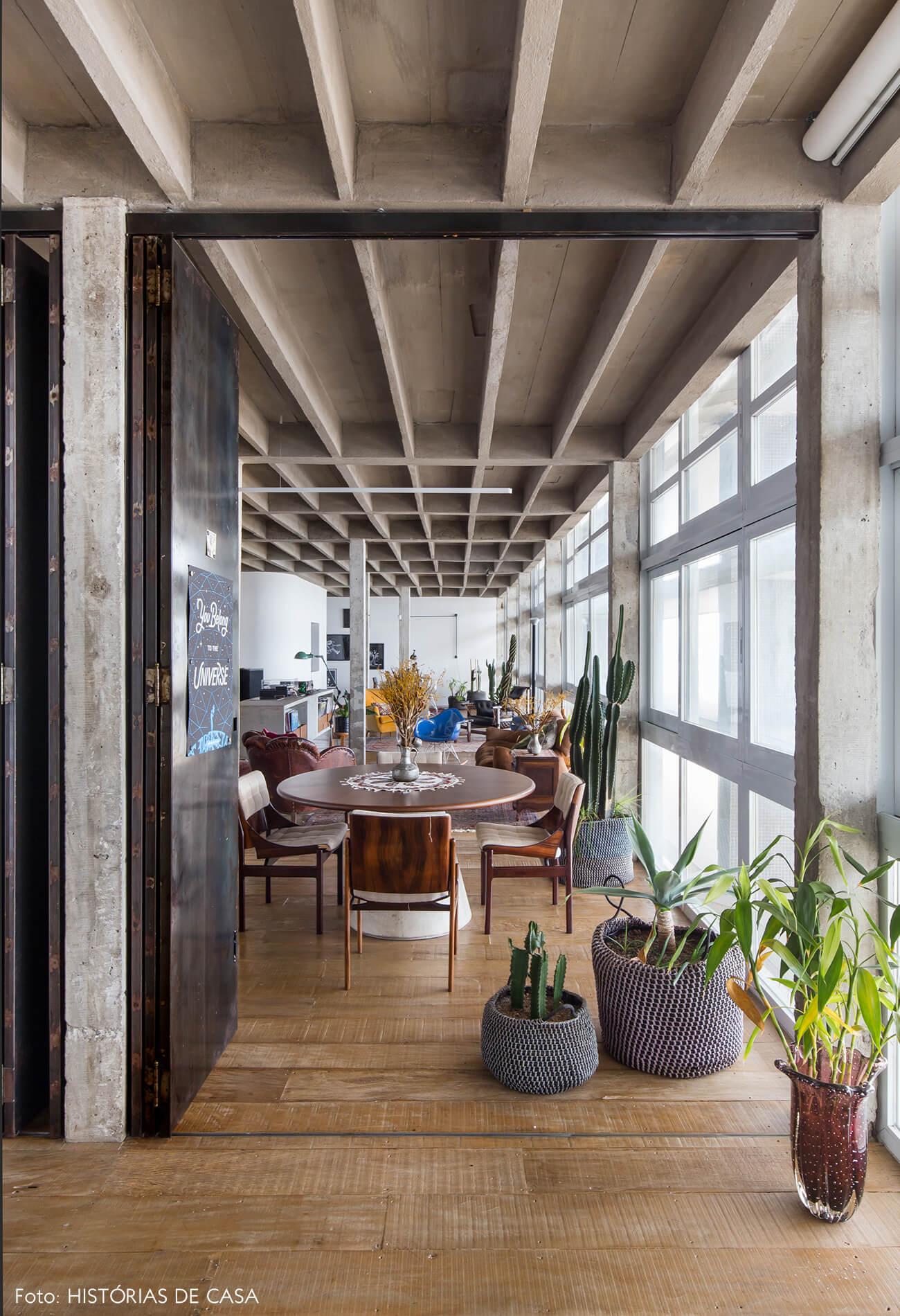 decoração copan colunas de concreto piso de madeira plantas