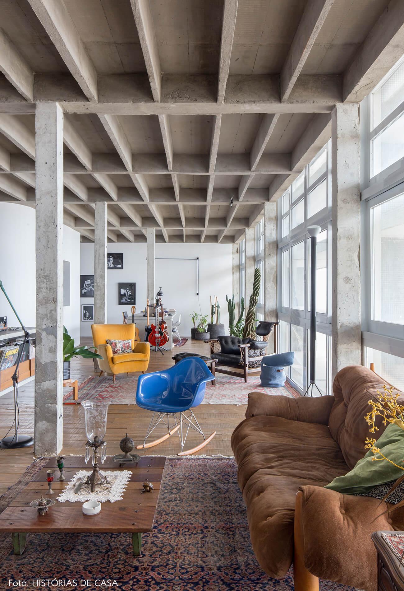 decoração copan sofá sergio rodrigues cadeira azul colunas concreto