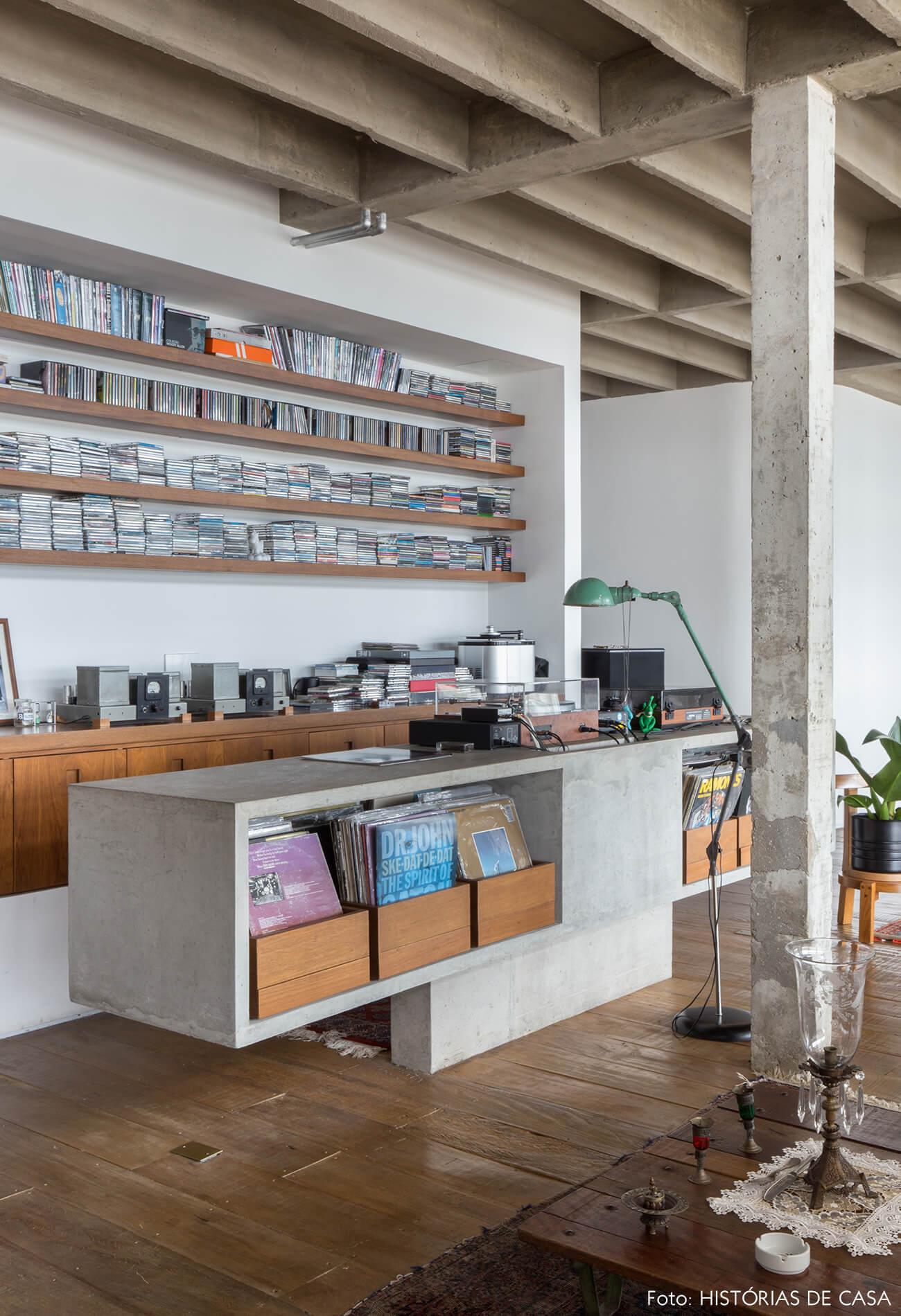 decoração copan colunas concreto mesa de concreto e estantes madeira