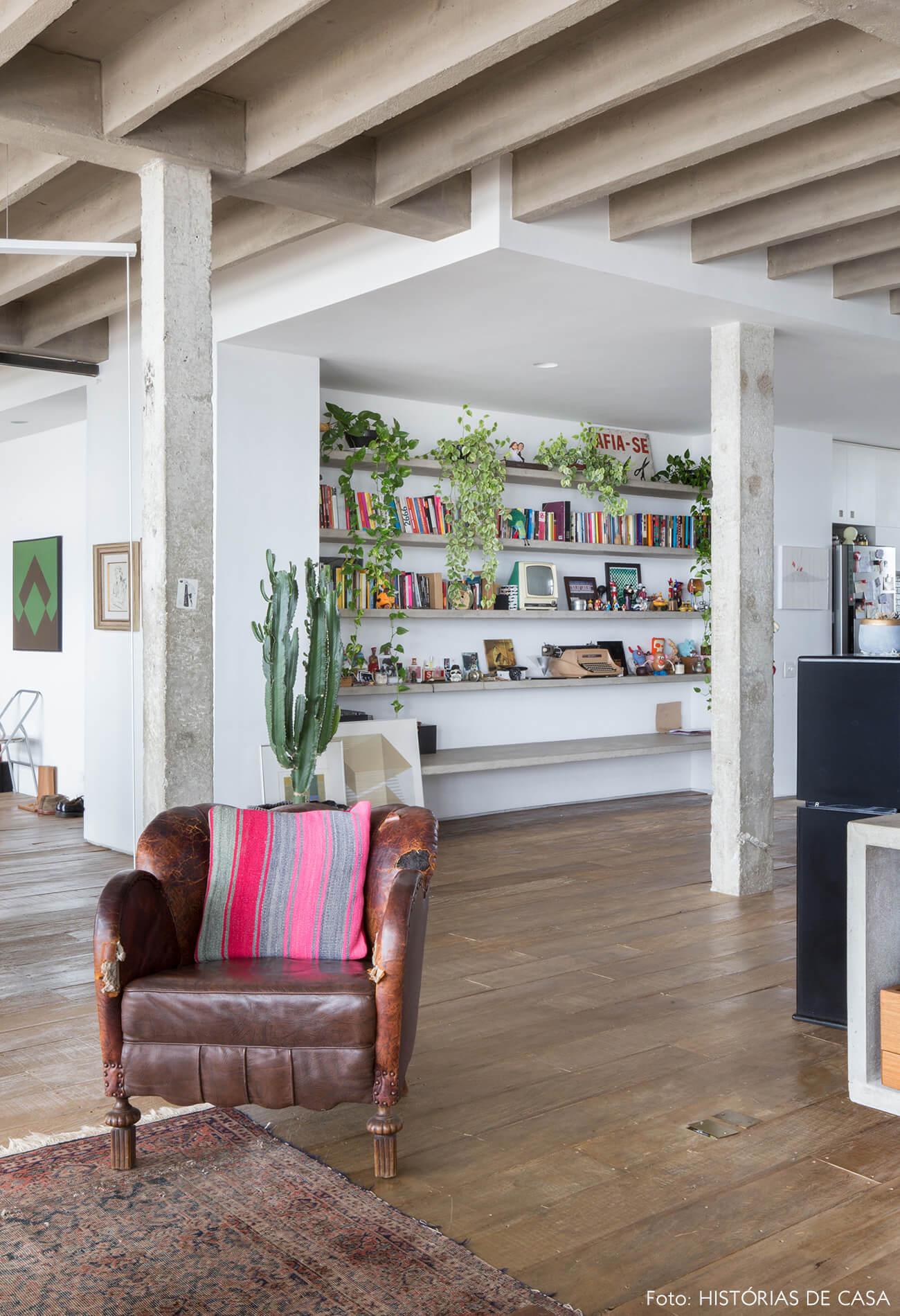 decoração copan cadeira couro almofada colorida colunas concreto