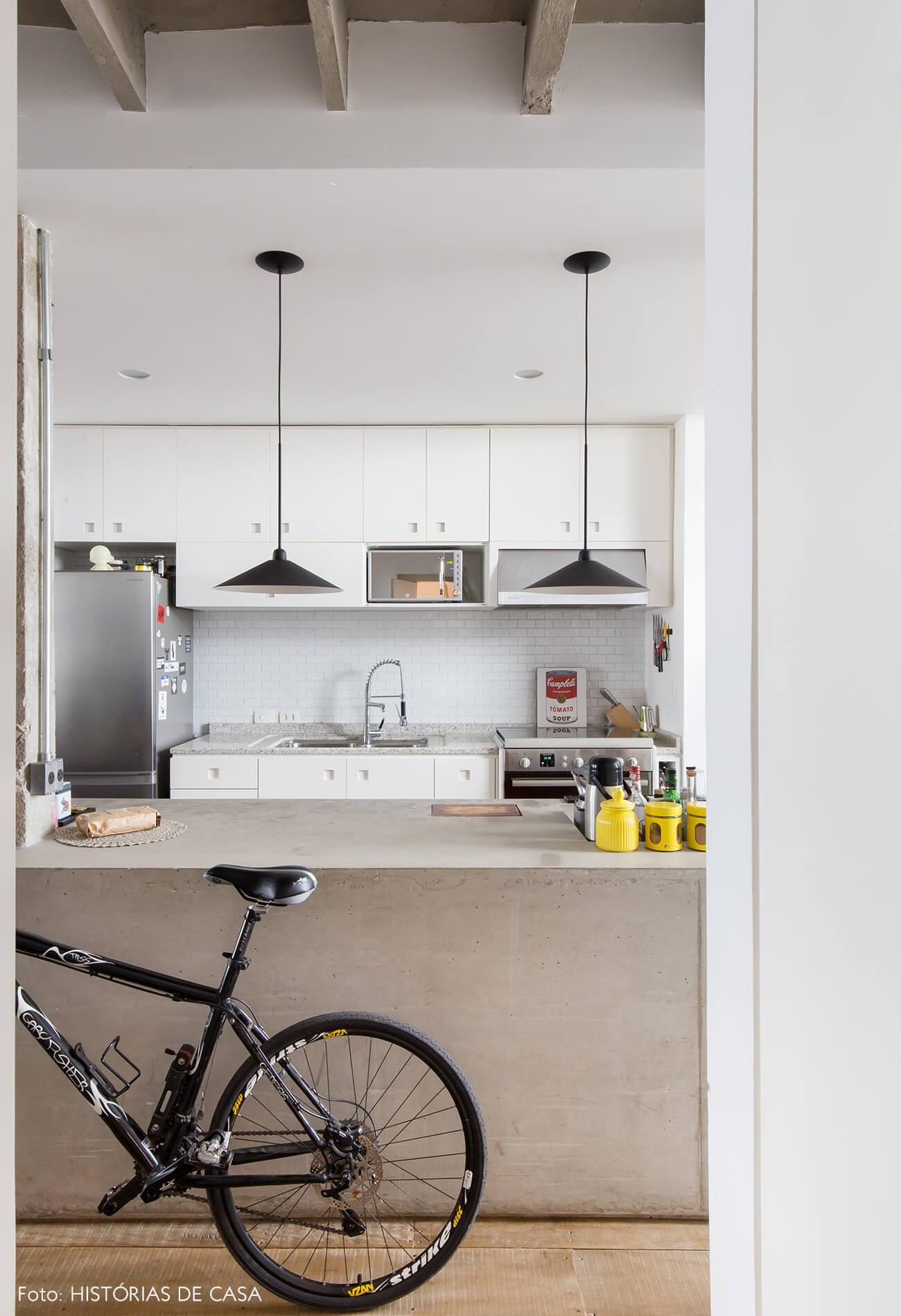Ap decoração copan cozinha bancada concreto luminárias pretas móveis brancos
