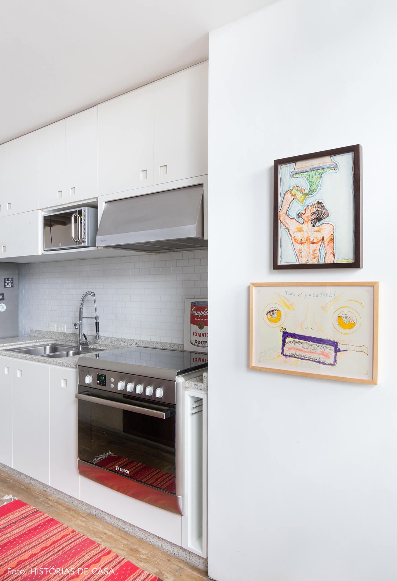 Ap decoração copan cozinha parede branca móveis brancos tapete vermelho