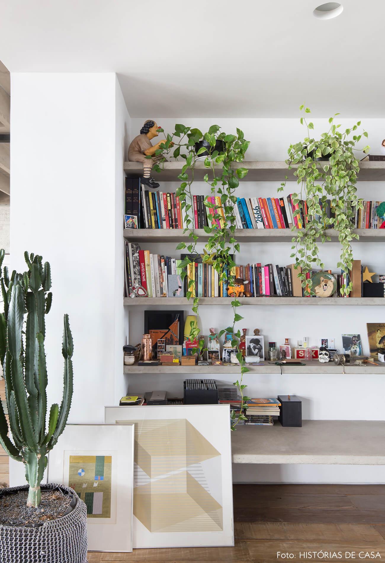 Ap decoração copan estante concreto e parede branca quadros livros e plantas