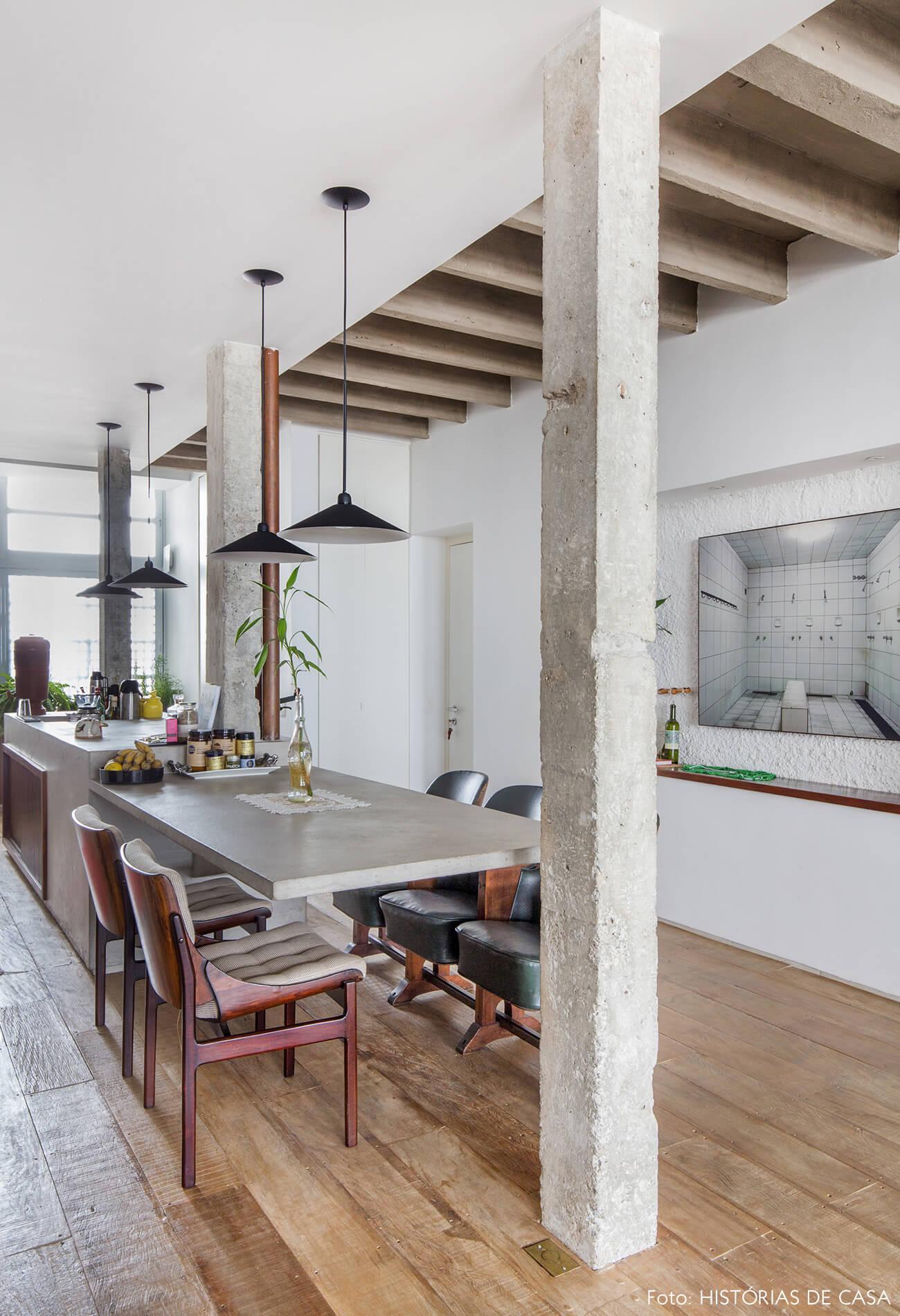 Ap decoração copan colunas concreto cadeiras madeira e couro luminárias pretas e bancada e mesa de concreto