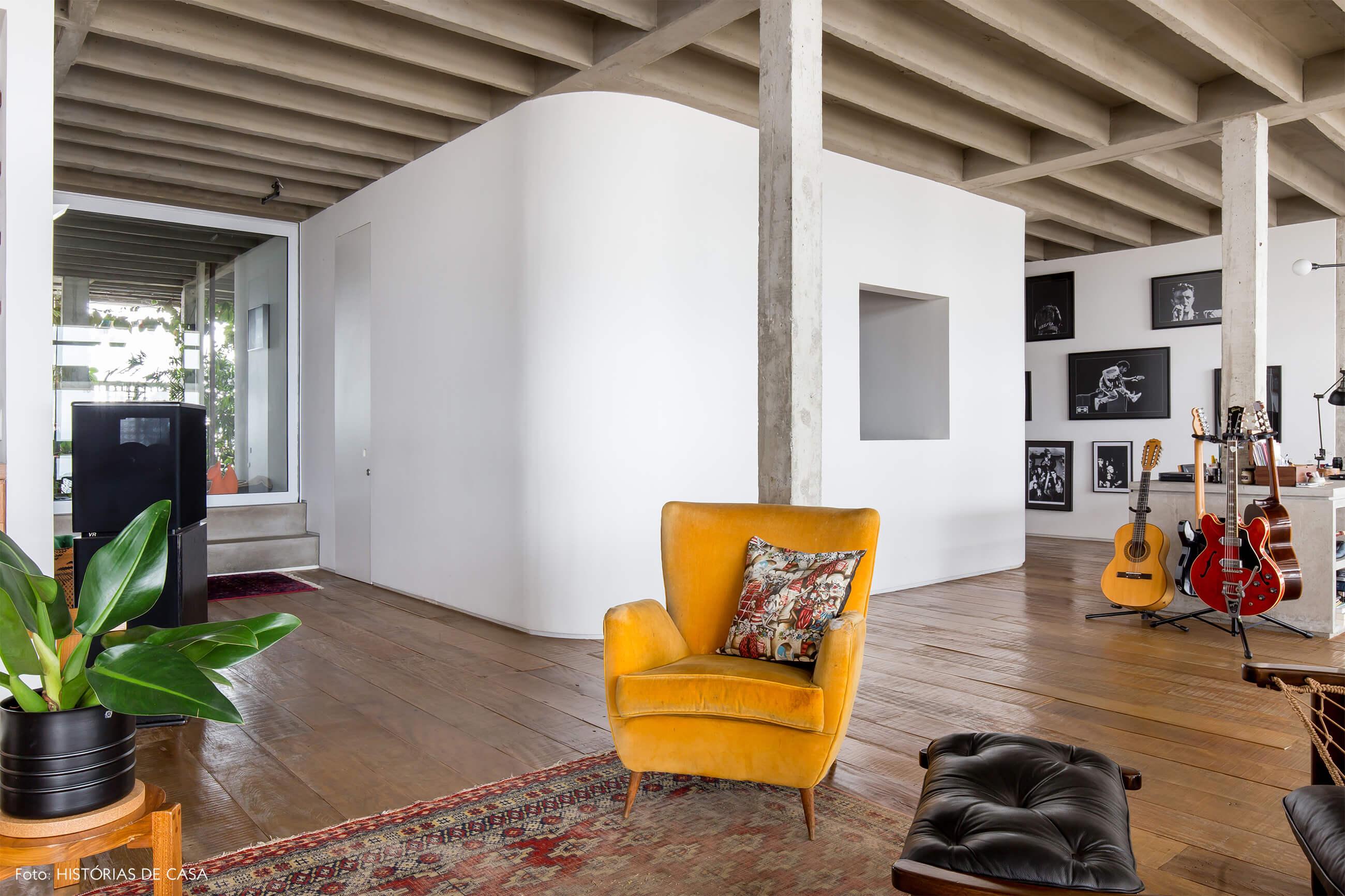 Ap decoração copan capsula branca piso de madeira colunas de concreto e poltrona amarela