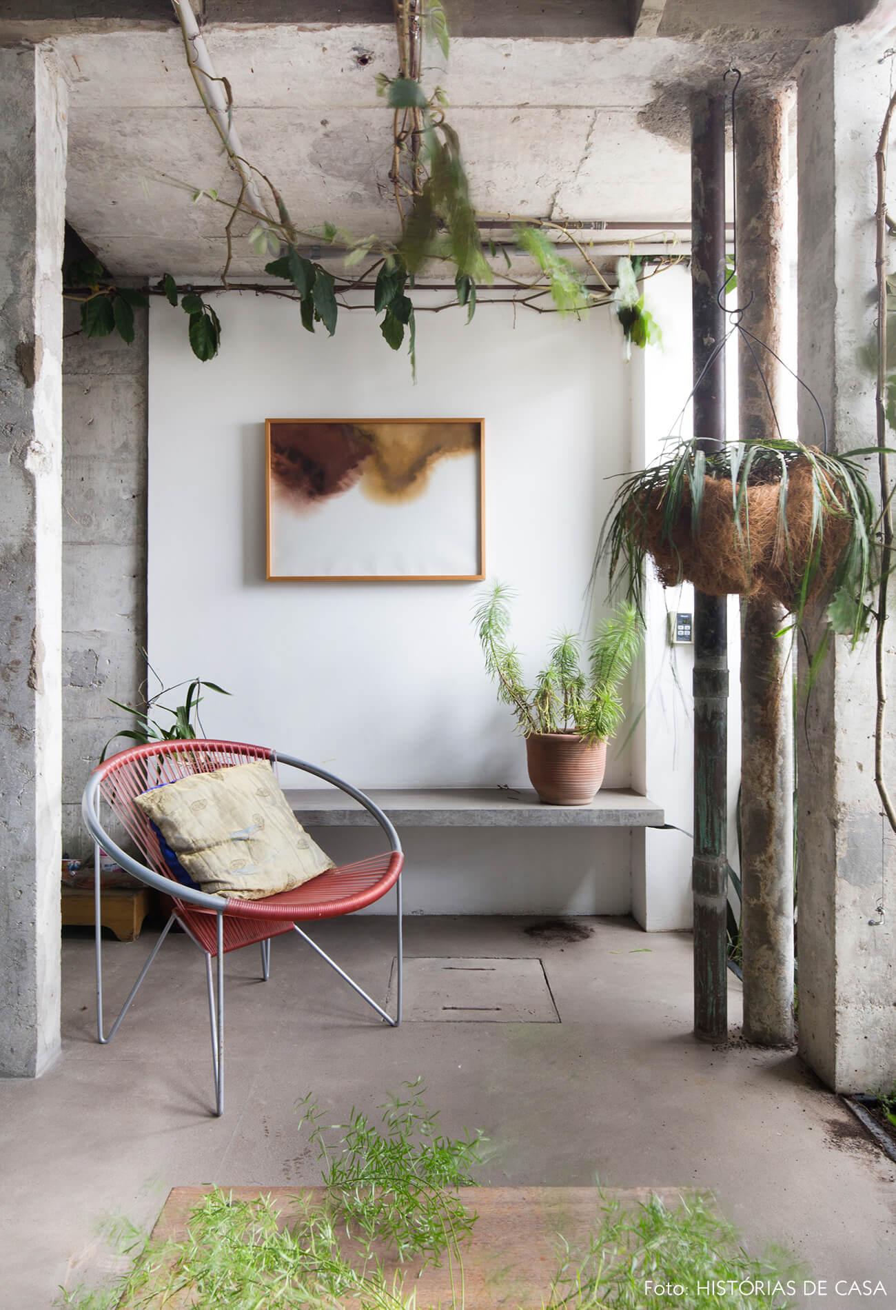 Ap decoração copan banco e colunas de concreto e cadeira vermelha no jardim interno com plantas