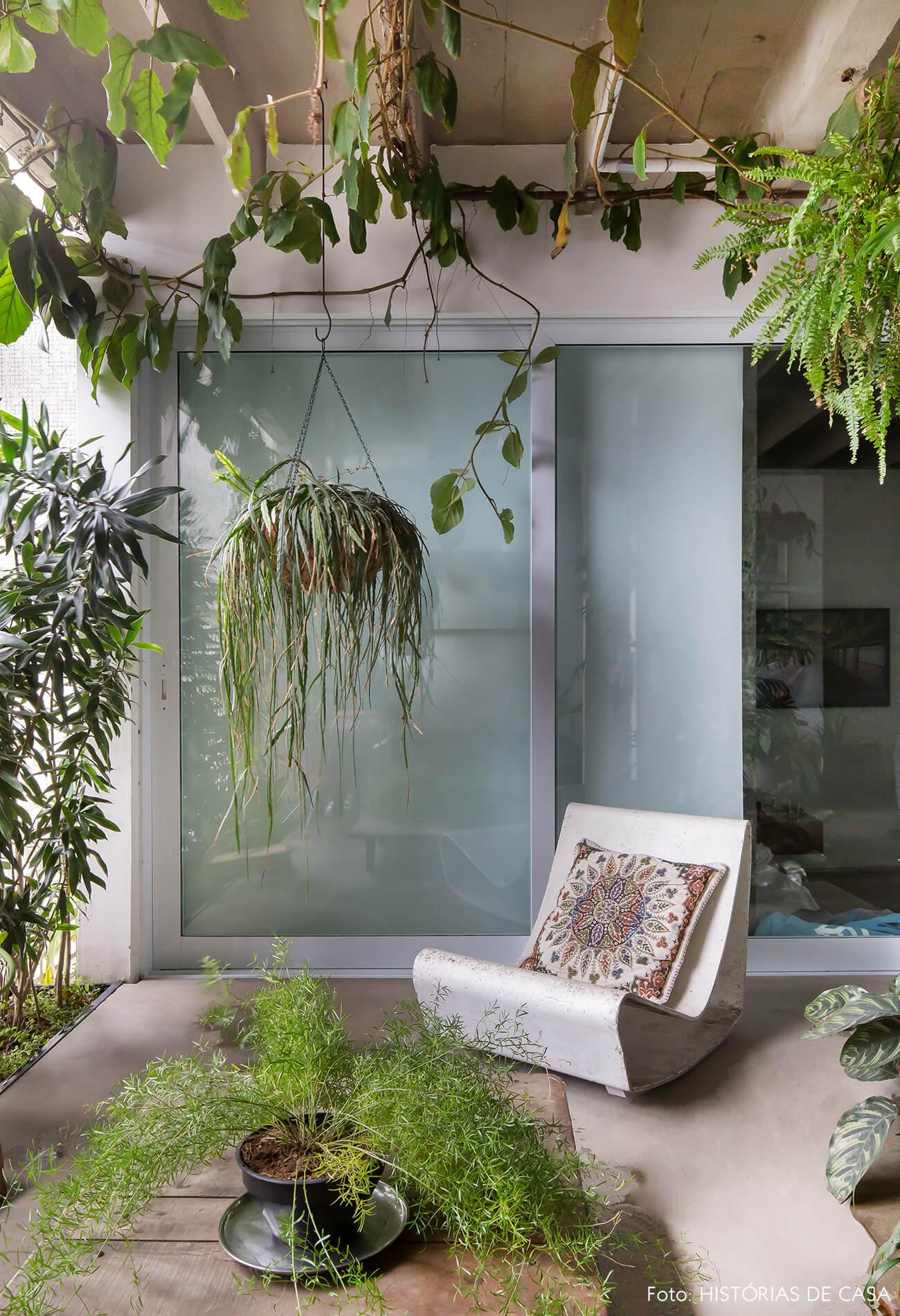 Ap decoração copan jardim interno com plantas e cadeira branca