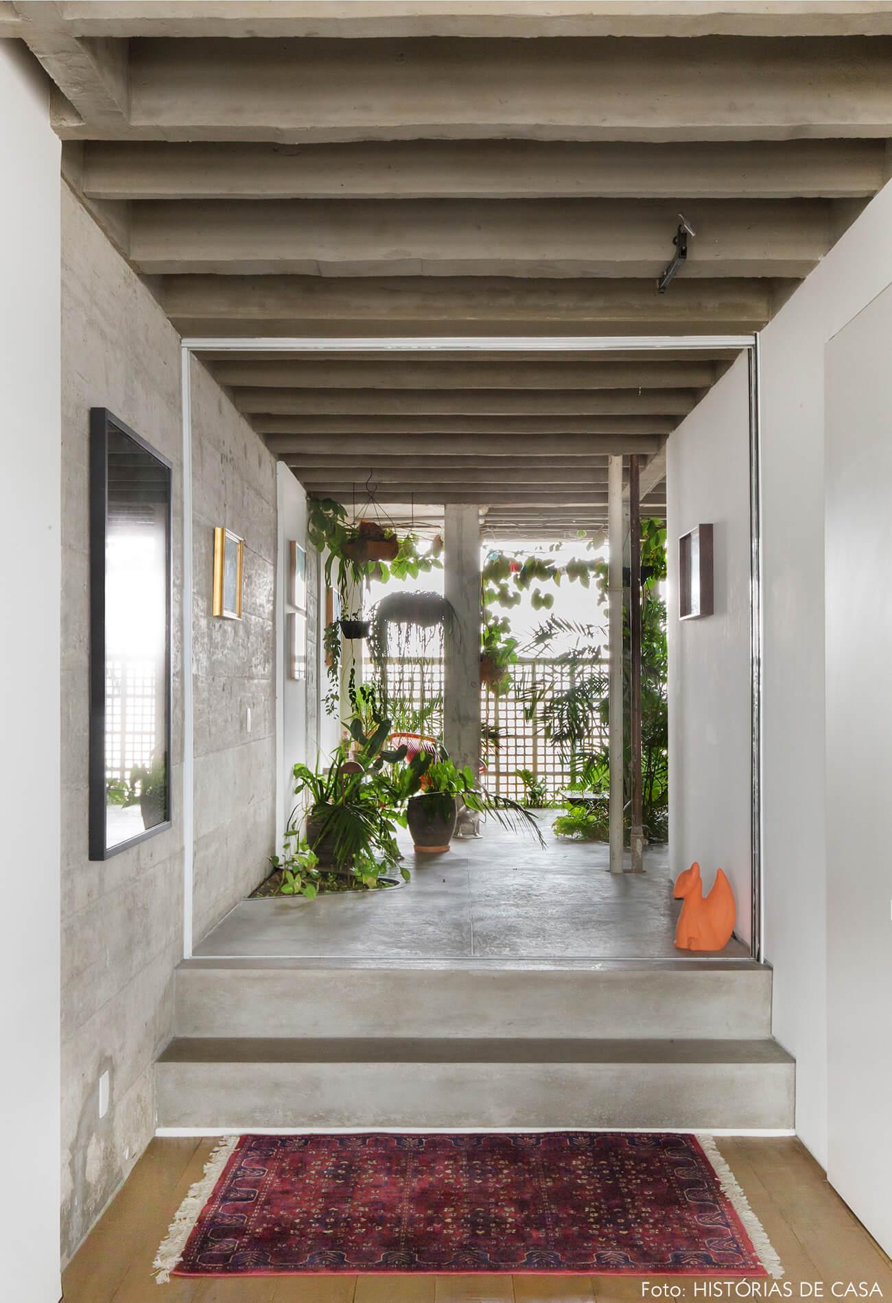 Ap decoração copan jardim interno paredes escada e colunas de concreto tapete vermelho