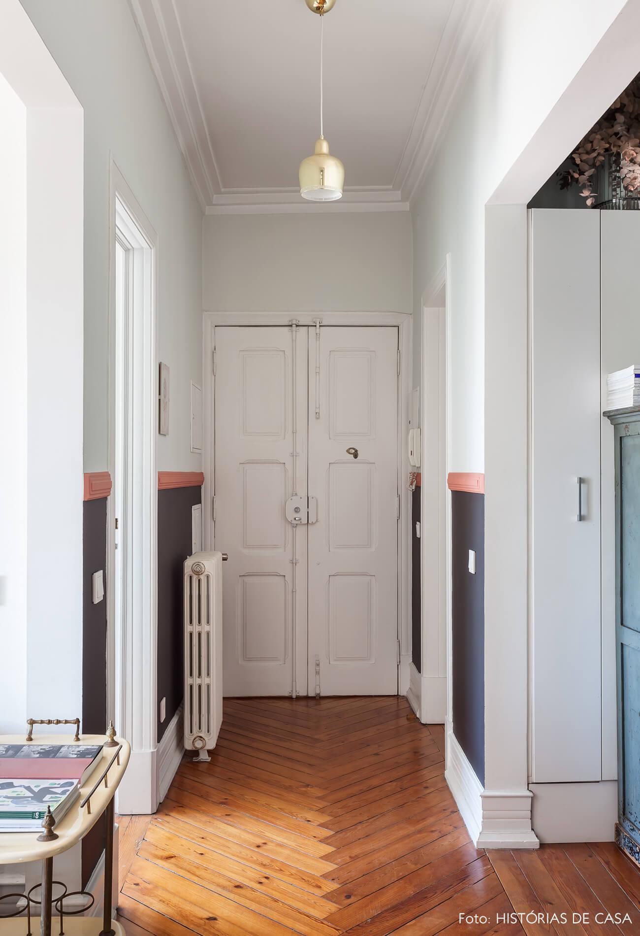 Decoração com piso de madeira e paredes brancas e preta