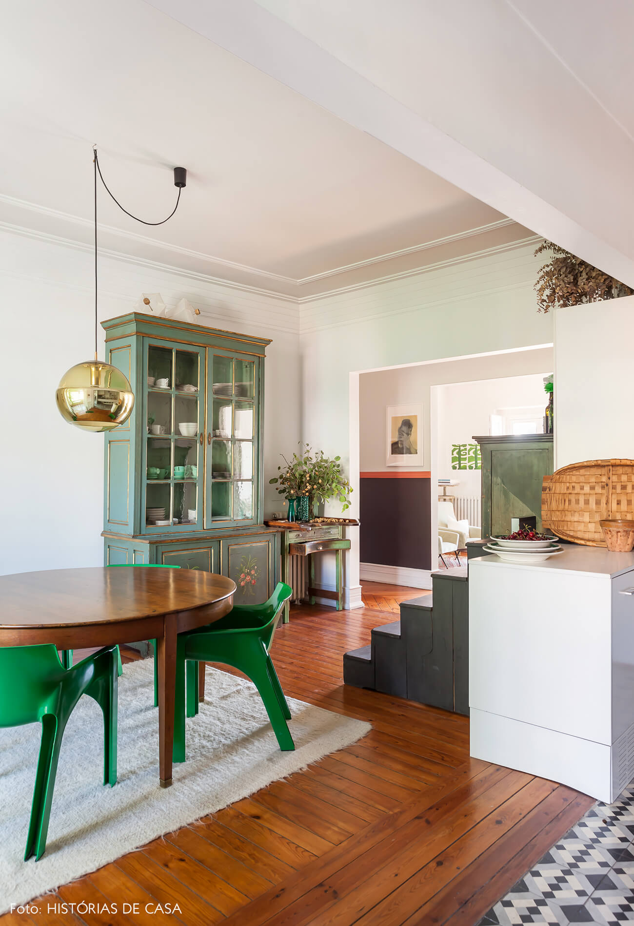 Decoração cozinha e sala com cadeiras verdes piso e mesa de madeira