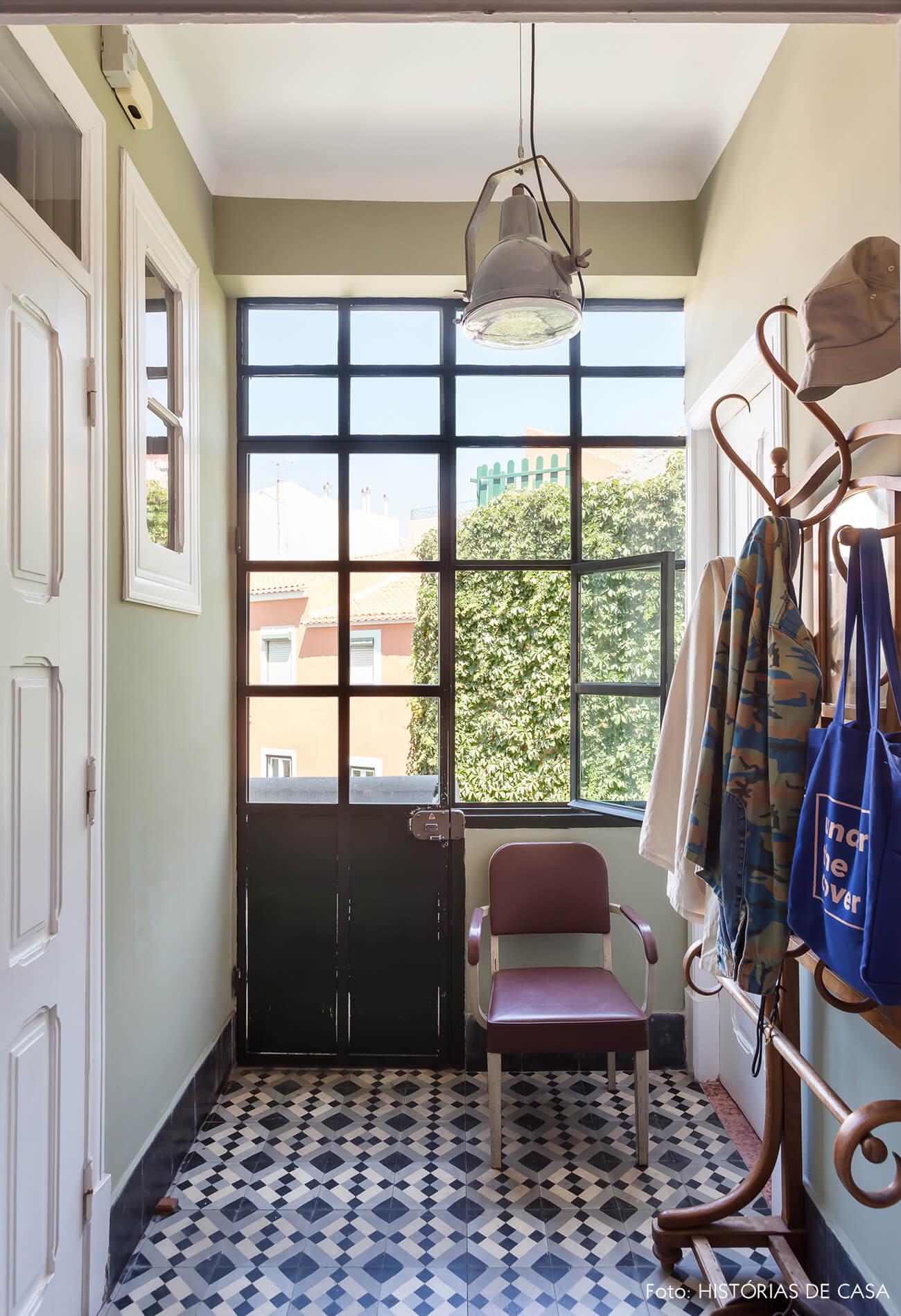 Decoração janela piso azulejos aul