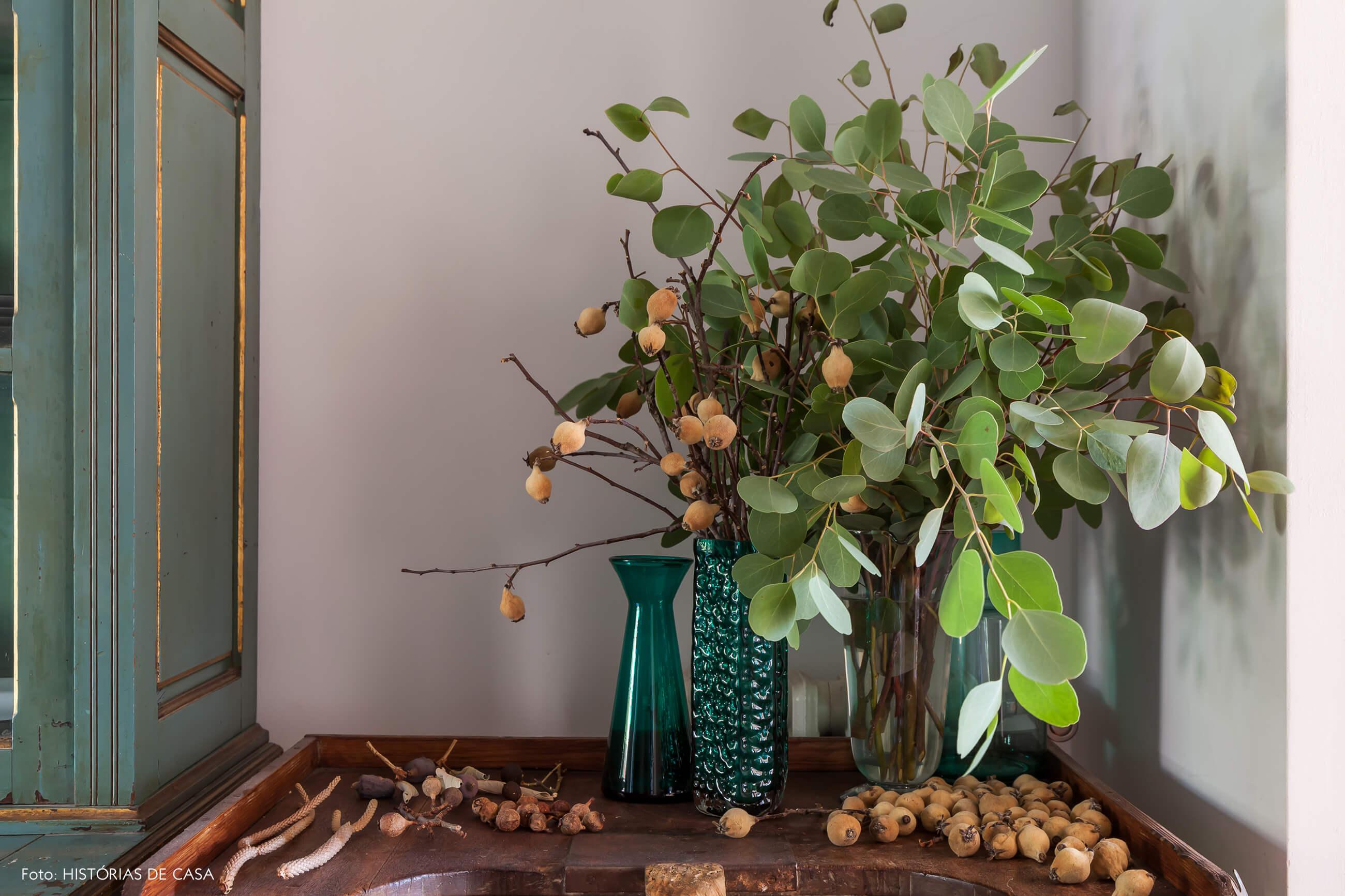 Detalhe da decoração com armário e vasos verdes e plantas